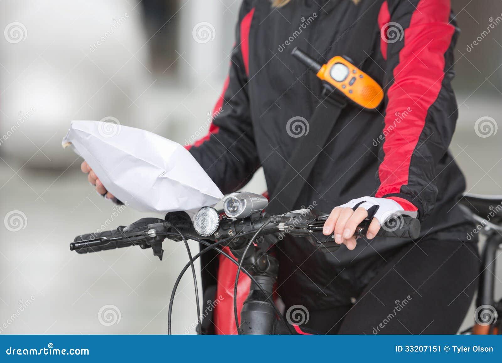 Θηλυκή συσκευασία αγγελιαφόρων εκμετάλλευσης ποδηλατών
