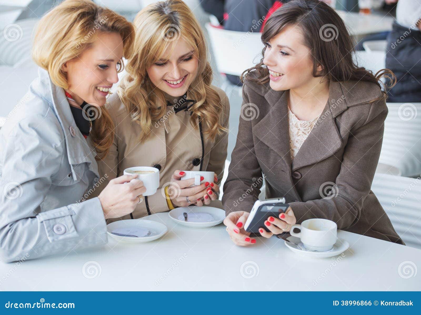 Θηλυκοί φίλοι στο χρόνο cofee