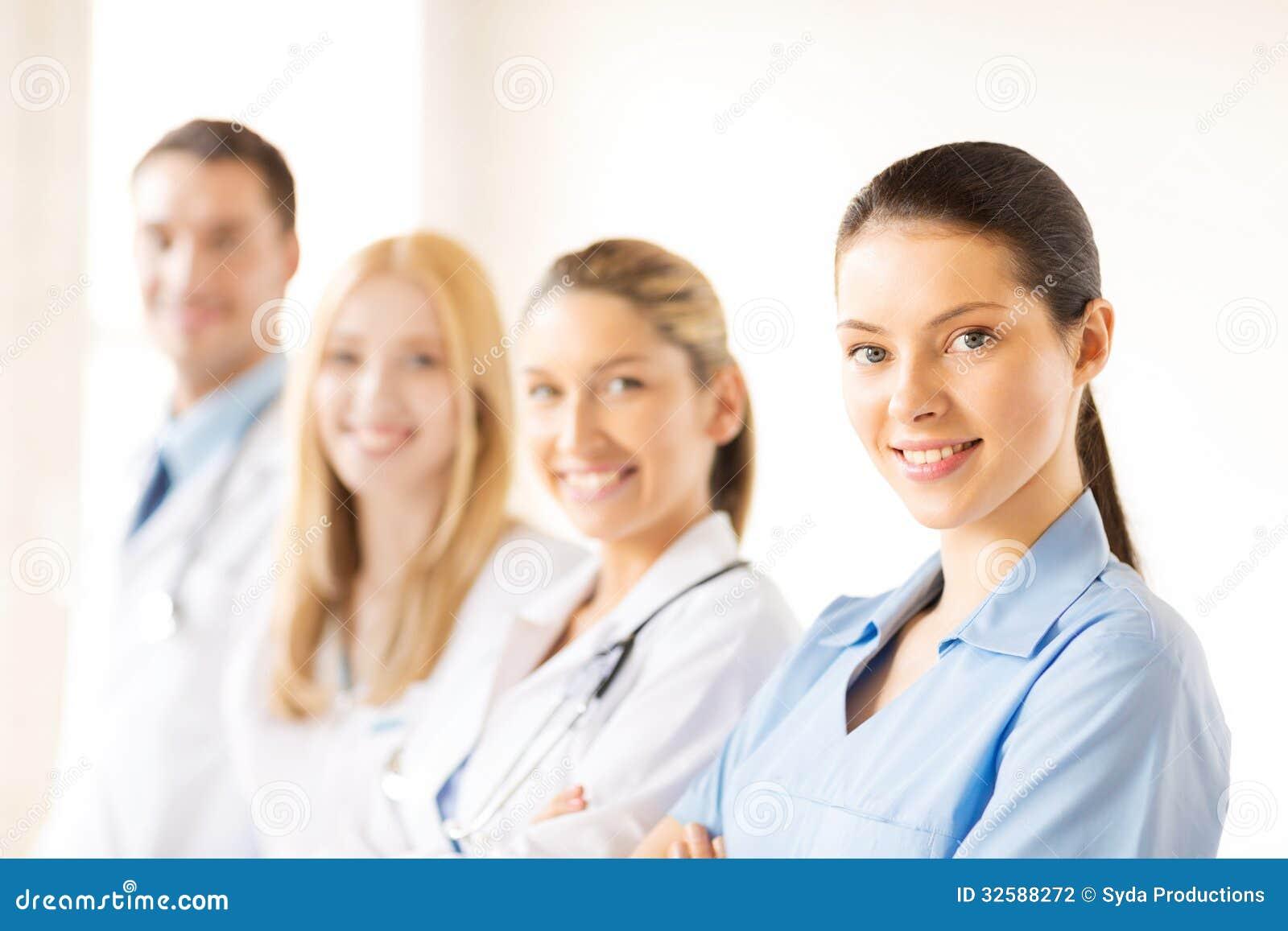Θηλυκός γιατρός μπροστά από την ιατρική ομάδα