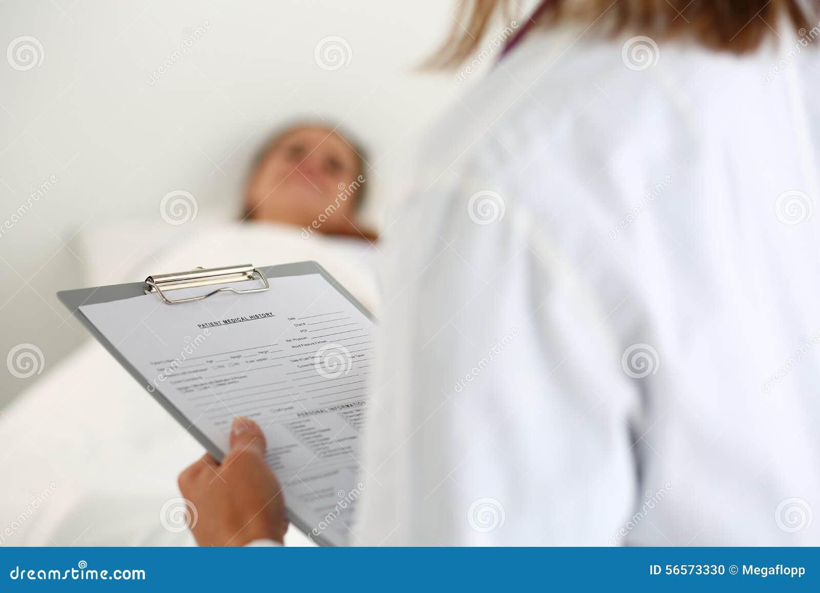 Download Θηλυκός κατάλογος ιατρικού ιστορικού ασθενών πλήρωσης γιατρών ιατρικής Στοκ Εικόνες - εικόνα από προσοχή, θηλυκό: 56573330