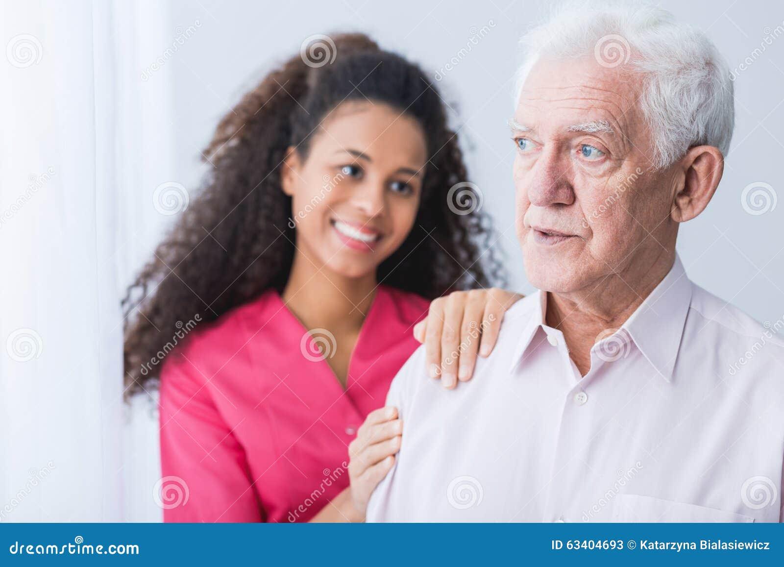 Θηλυκός φροντιστής που βοηθά το ανώτερο άτομο