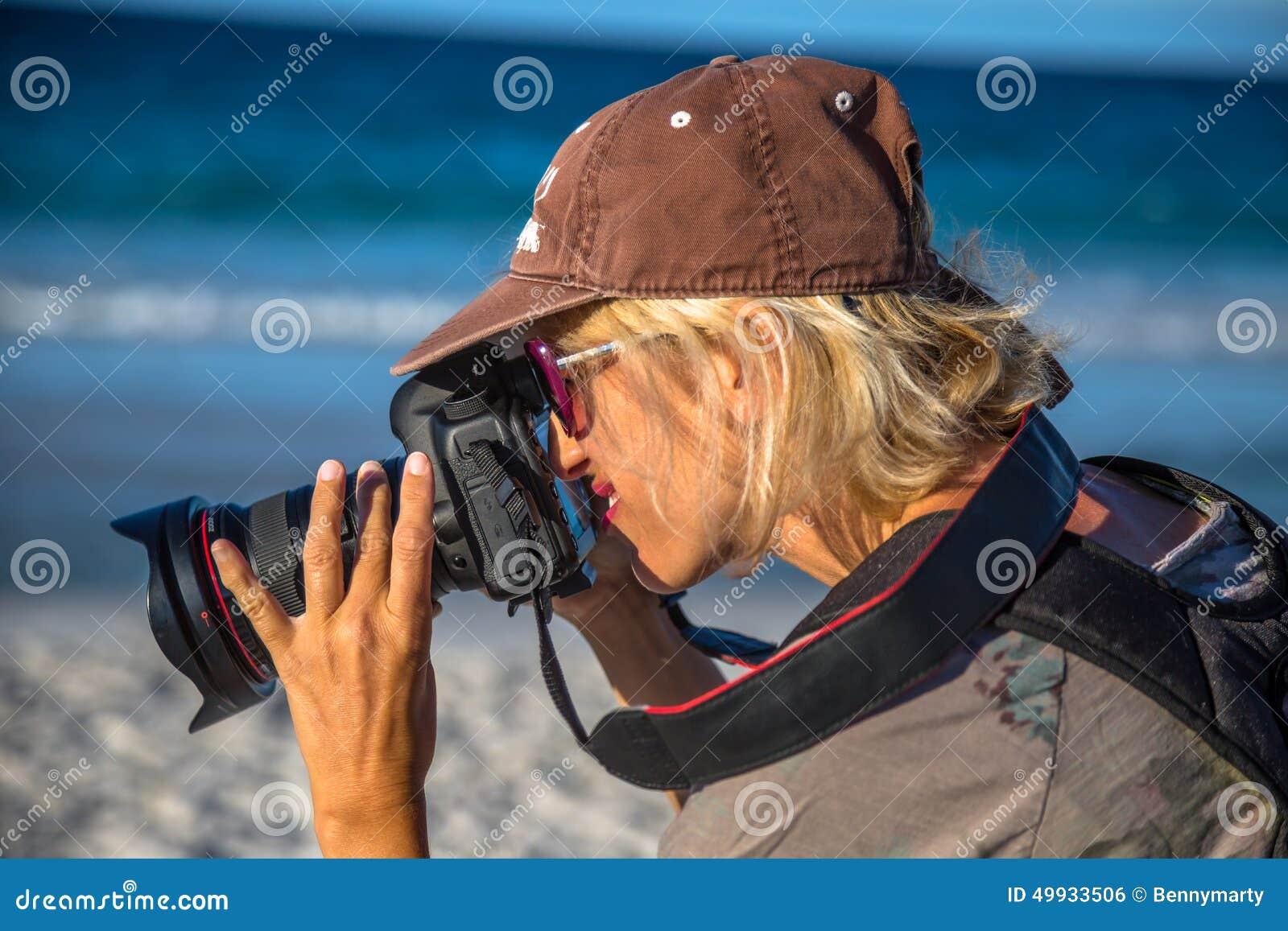Θηλυκός φωτογράφος στην παραλία