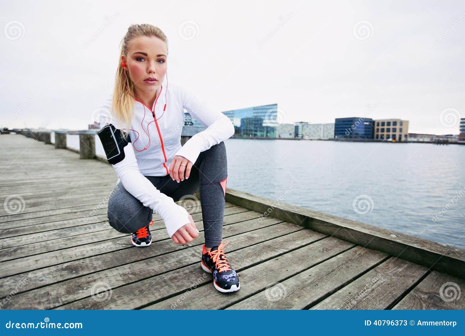 Θηλυκό jogger υπαίθρια που φαίνεται βέβαιο