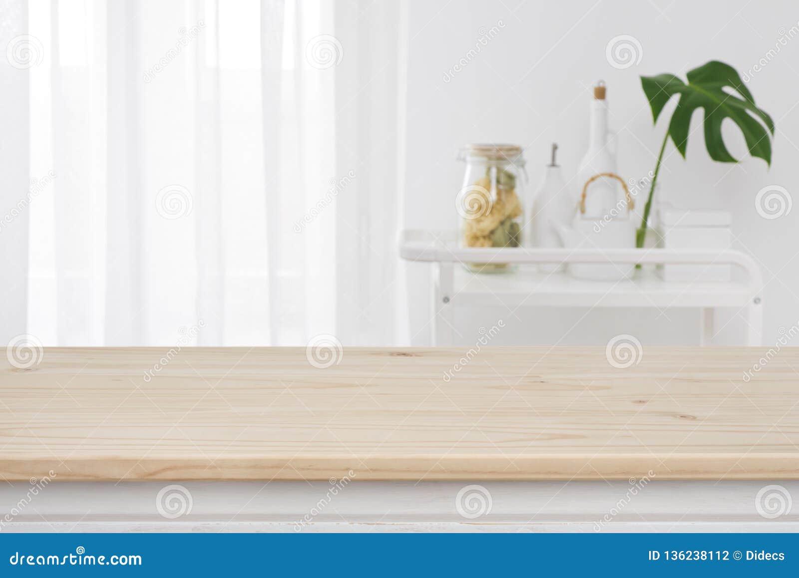 Θολωμένο παράθυρο κουζινών, υπόβαθρο ραφιών με ξύλινο tabletop στο μέτωπο