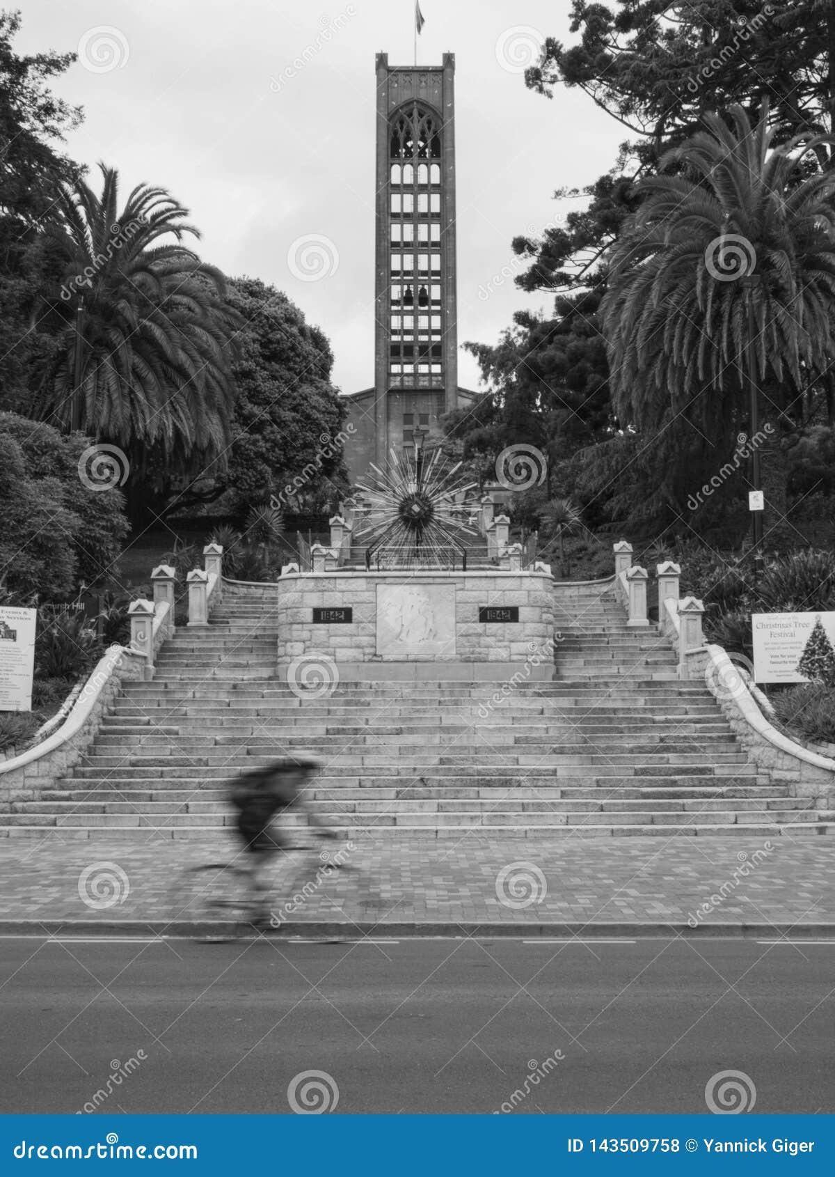 Θολωμένο ποδήλατο μπροστά από τα σκαλοπάτια και την εκκλησία στον κεντρικό Nelson, Νέα Ζηλανδία