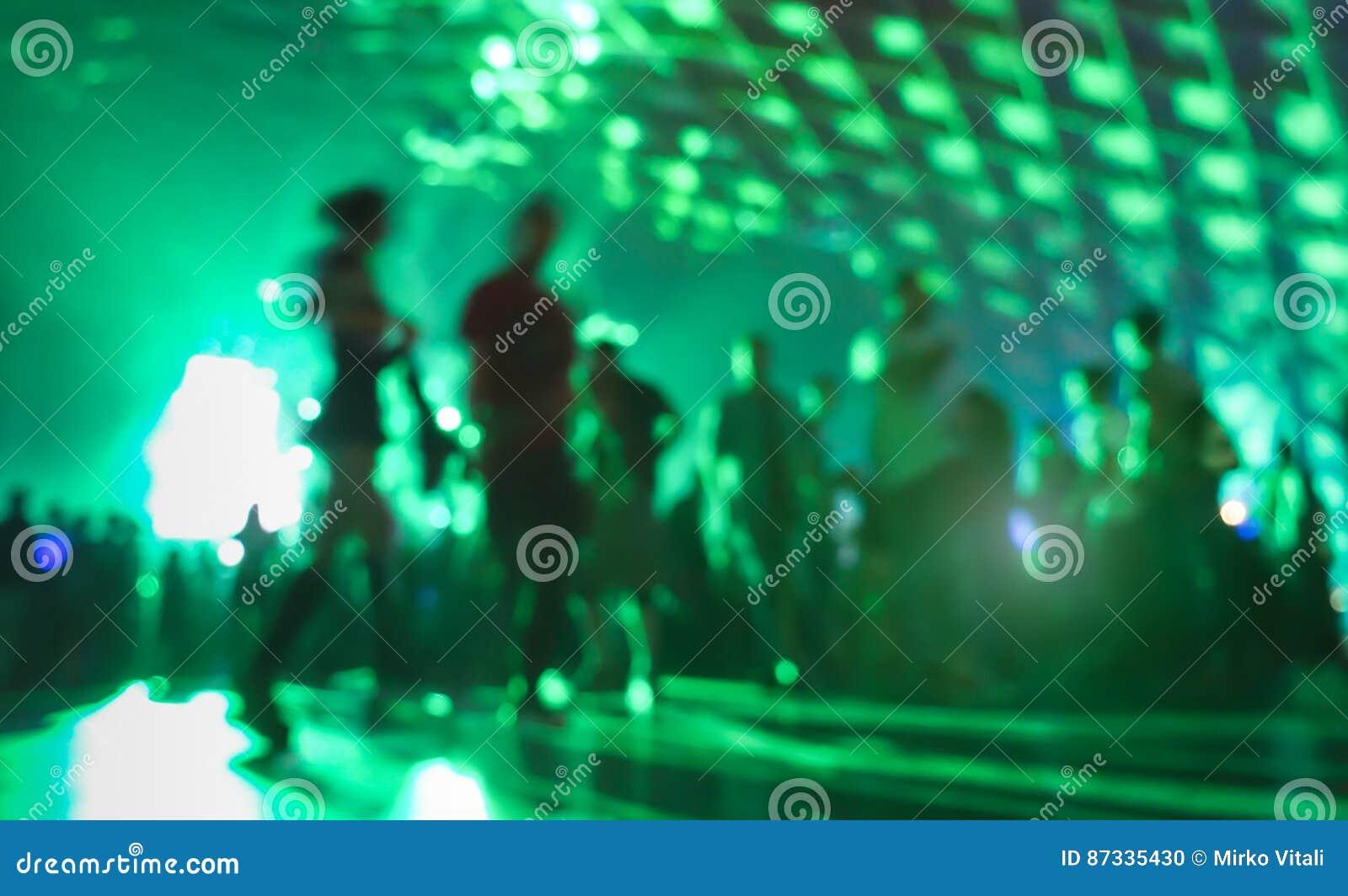 Θολωμένοι περίληψη άνθρωποι που κινούνται και που χορεύουν στη λέσχη μουσικής