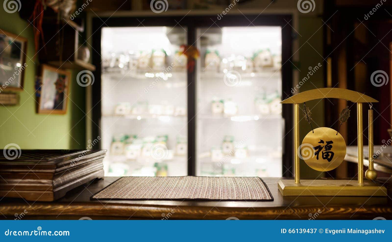Θολωμένο κατάστημα υπόβαθρο τσαγιού, ξύλινος φραγμός, επιτραπέζια κορυφή Παραδοσιακή τελετή, gong με τις κινεζικές hieroglyph επι