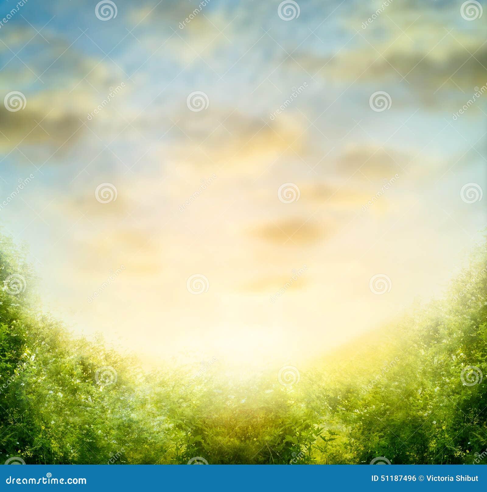 Θολωμένο φύση υπόβαθρο με τον ουρανό και τους πράσινους Μπους
