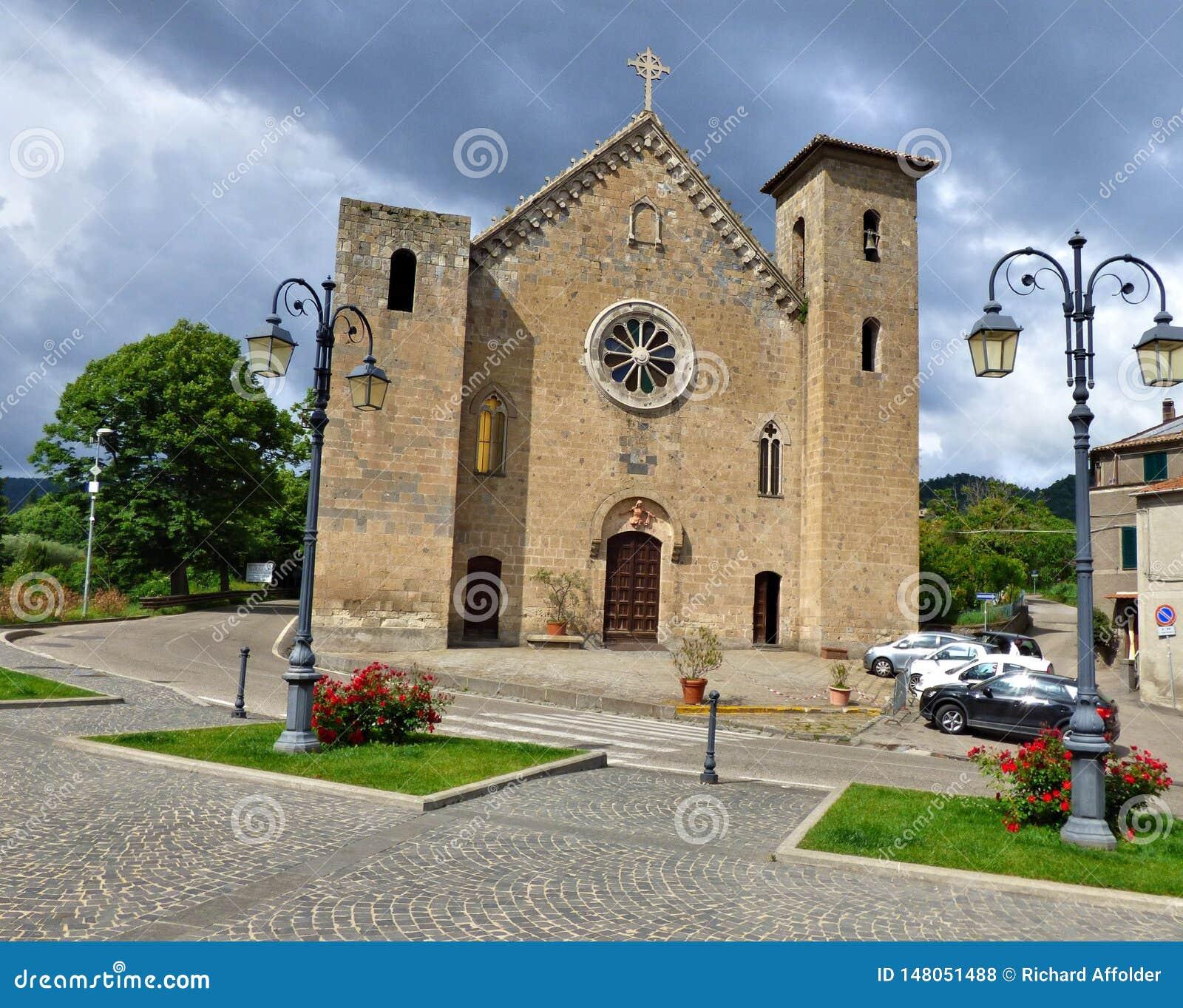 Θυελλώδεις ουρανοί πέρα από μια μεσαιωνική εκκλησία