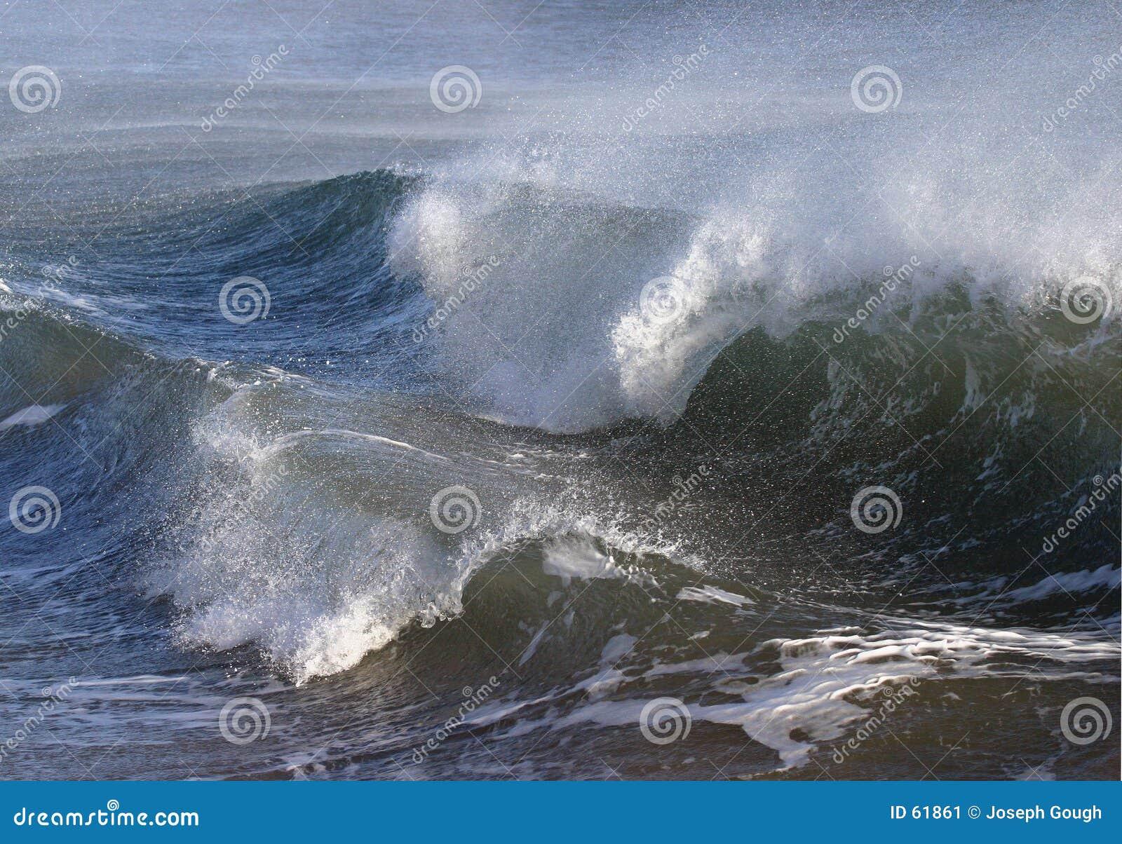 θυελλώδη κύματα τραχιάς θάλασσας