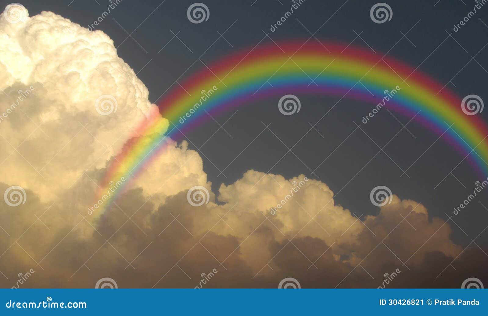 Θυελλώδη σύννεφα βροχής μουσώνα ουράνιων τόξων
