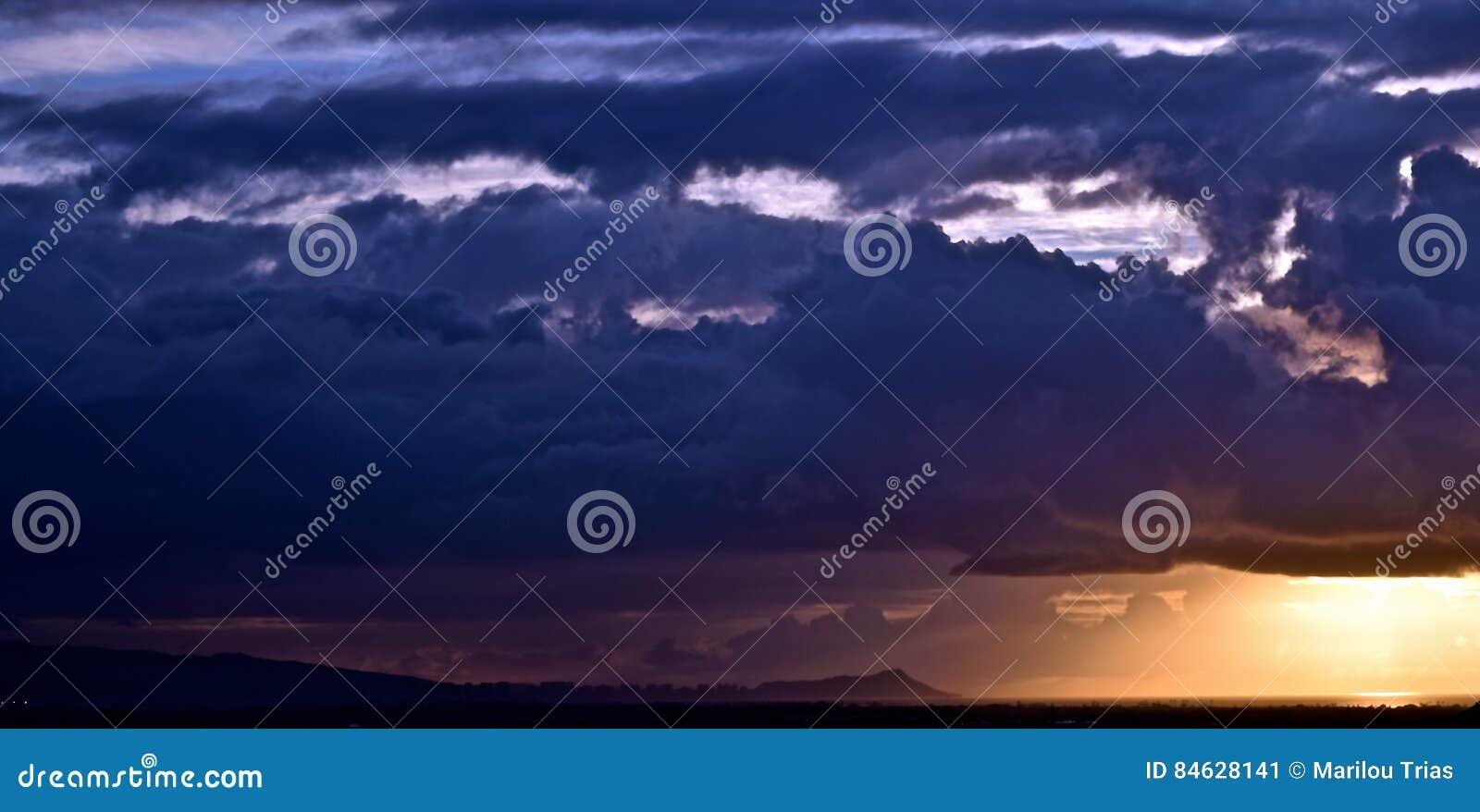 Θυελλώδη σύννεφα πέρα από τη Χονολουλού