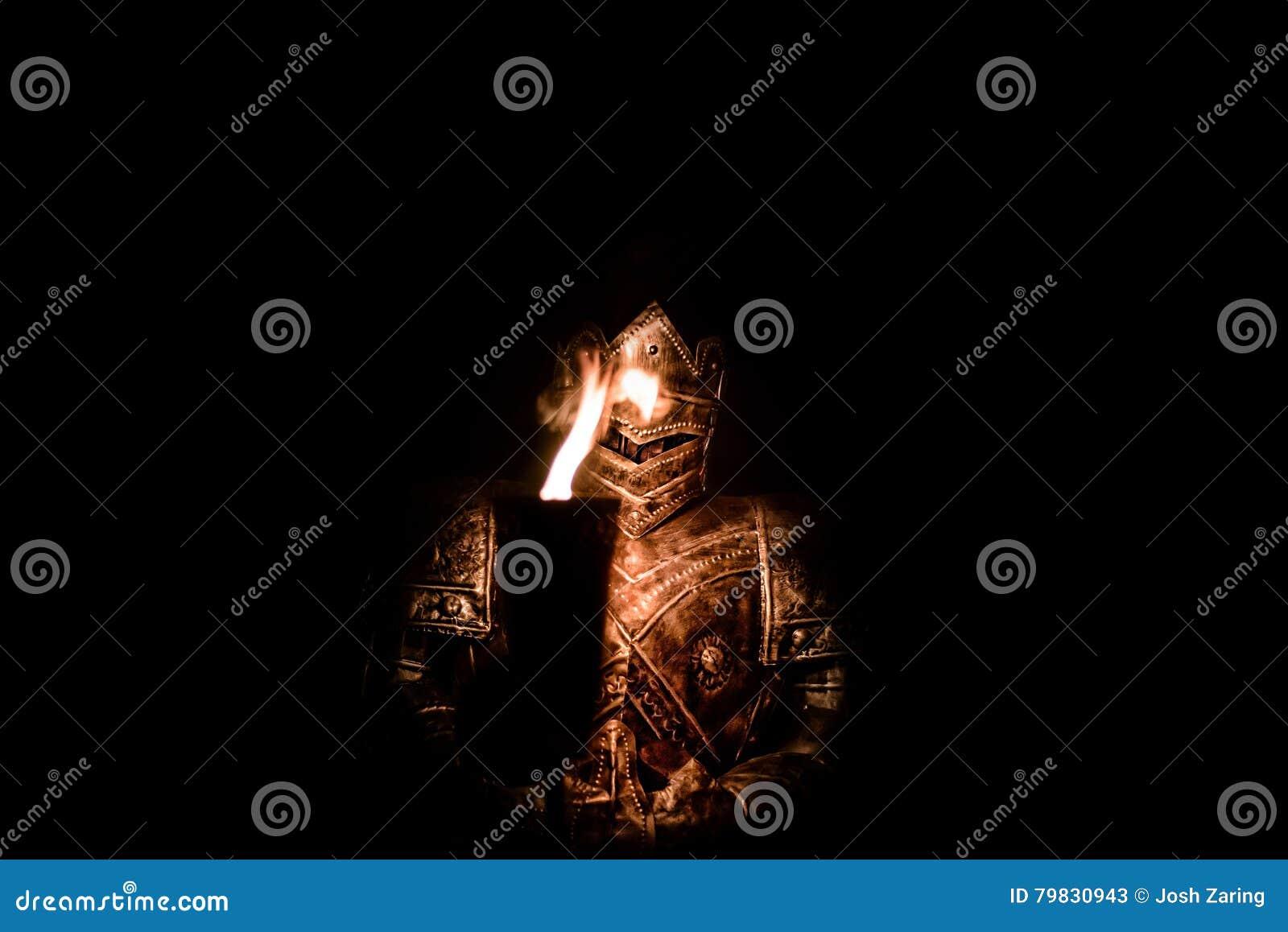 Θωρακισμένος ιππότης στο σκοτάδι με το φανό
