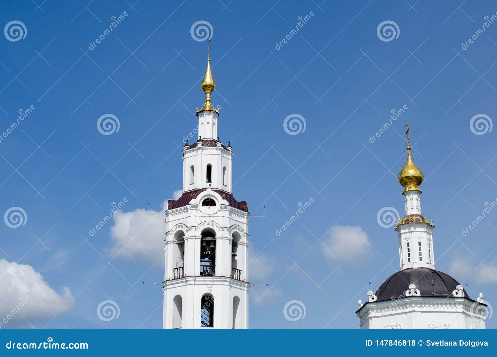 Θόλοι της εκκλησίας με τους σταυρούς ενάντια στον ουρανό