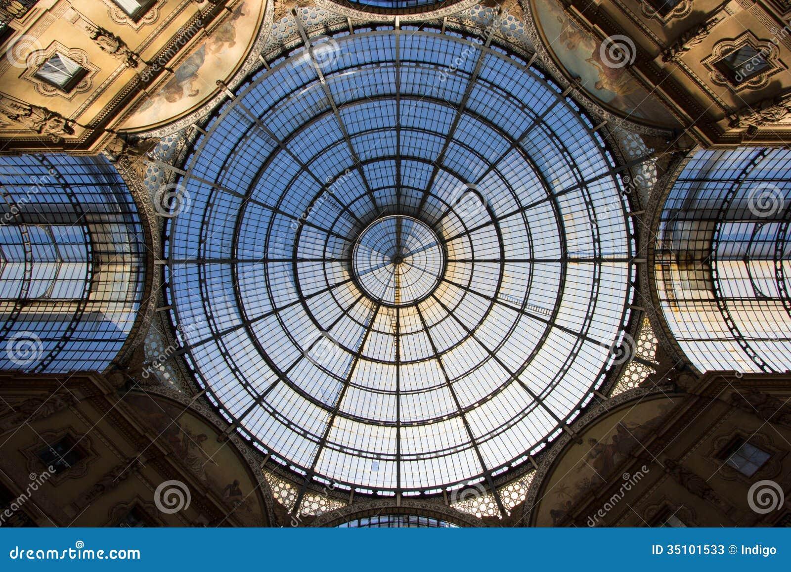 Θόλος γυαλιού της λεωφόρου αγορών Galleria στο Μιλάνο, Ιταλία