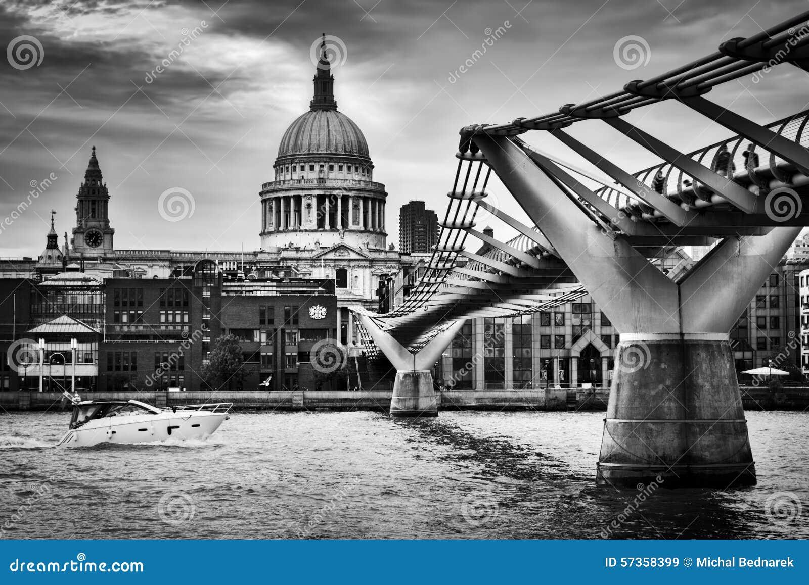 Θόλος καθεδρικών ναών του ST Paul που βλέπει UK από τη γέφυρα χιλιετίας στο Λονδίνο, το