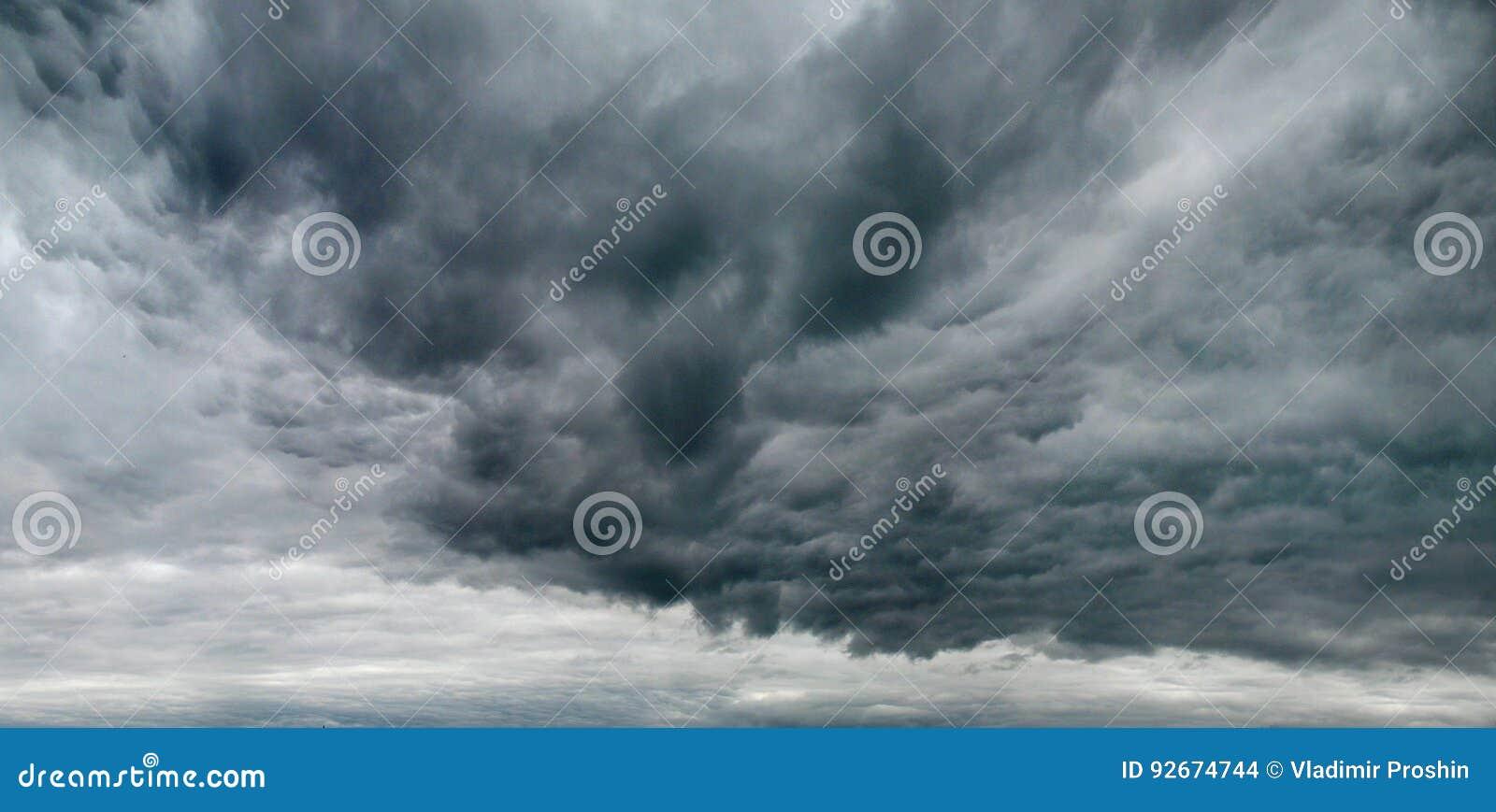 Θλιβερός ουρανός με τα σύννεφα θύελλας