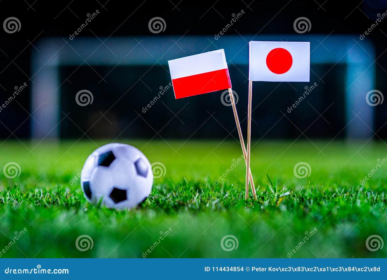 Ιαπωνία - Πολωνία, ομάδα Χ, Πέμπτη, 28 Ποδόσφαιρο Ιουνίου, Παγκόσμιο Κύπελλο, Ρωσία 2018, εθνικές σημαίες στην πράσινη χλόη, άσπρ