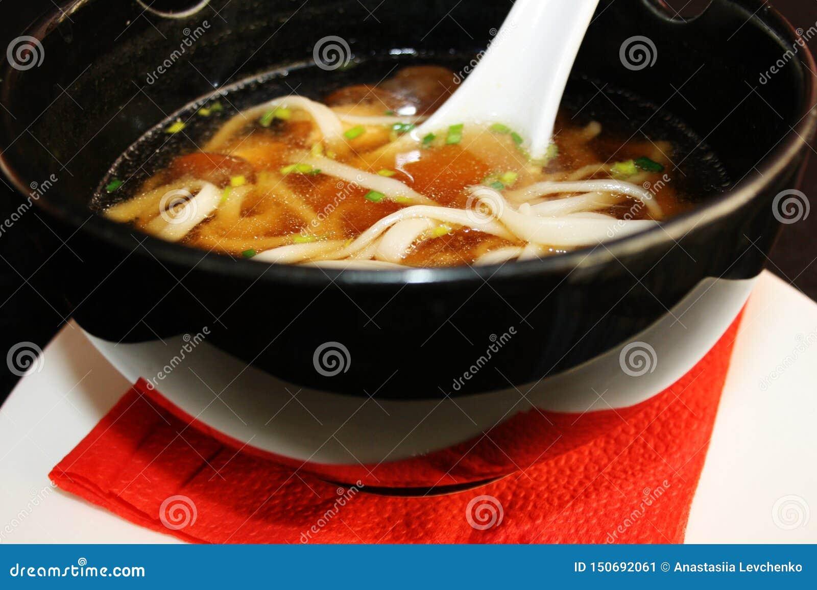 Ιαπωνική κουζίνα - Miso σούπα με τα νουντλς udon στο άσπρο πιάτο
