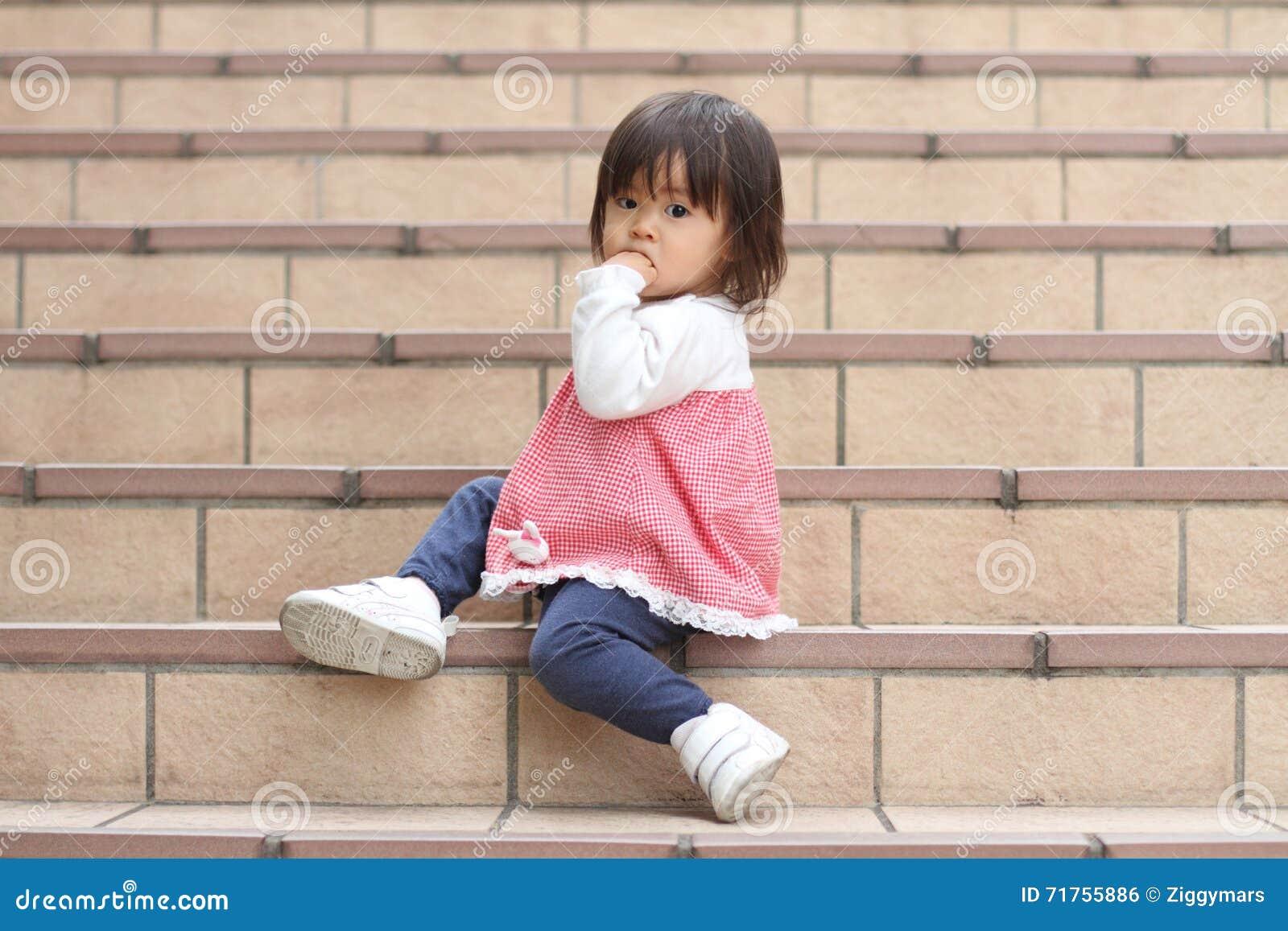Ιαπωνική συνεδρίαση κοριτσιών στα σκαλοπάτια