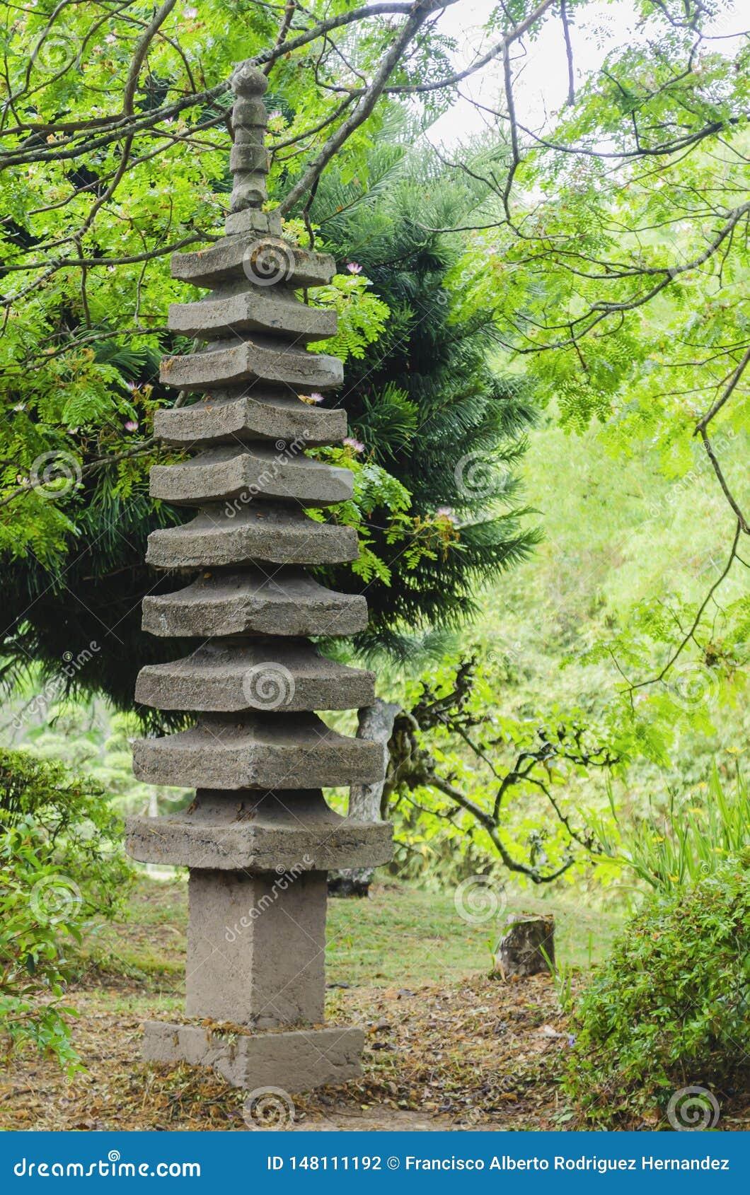 Ιαπωνικό φανάρι κήπων γρανίτη που περιβάλλεται
