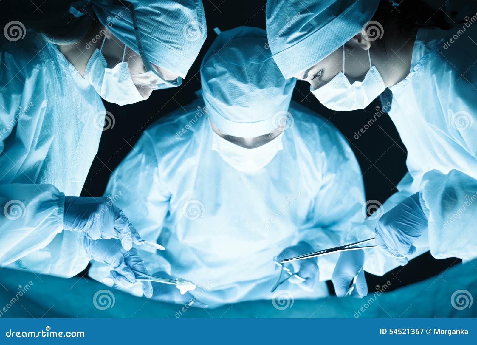 Ιατρική ομάδα που εκτελεί τη λειτουργία