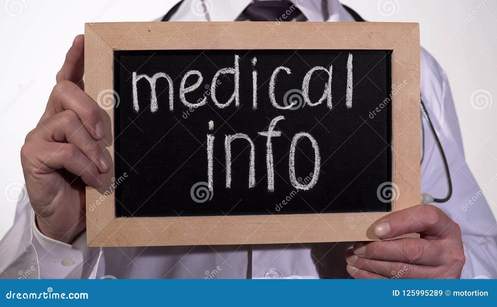 Ιατρικό κείμενο πληροφοριών στον πίνακα στα χέρια γιατρών, διαβουλεύσεις με το θεράποντα