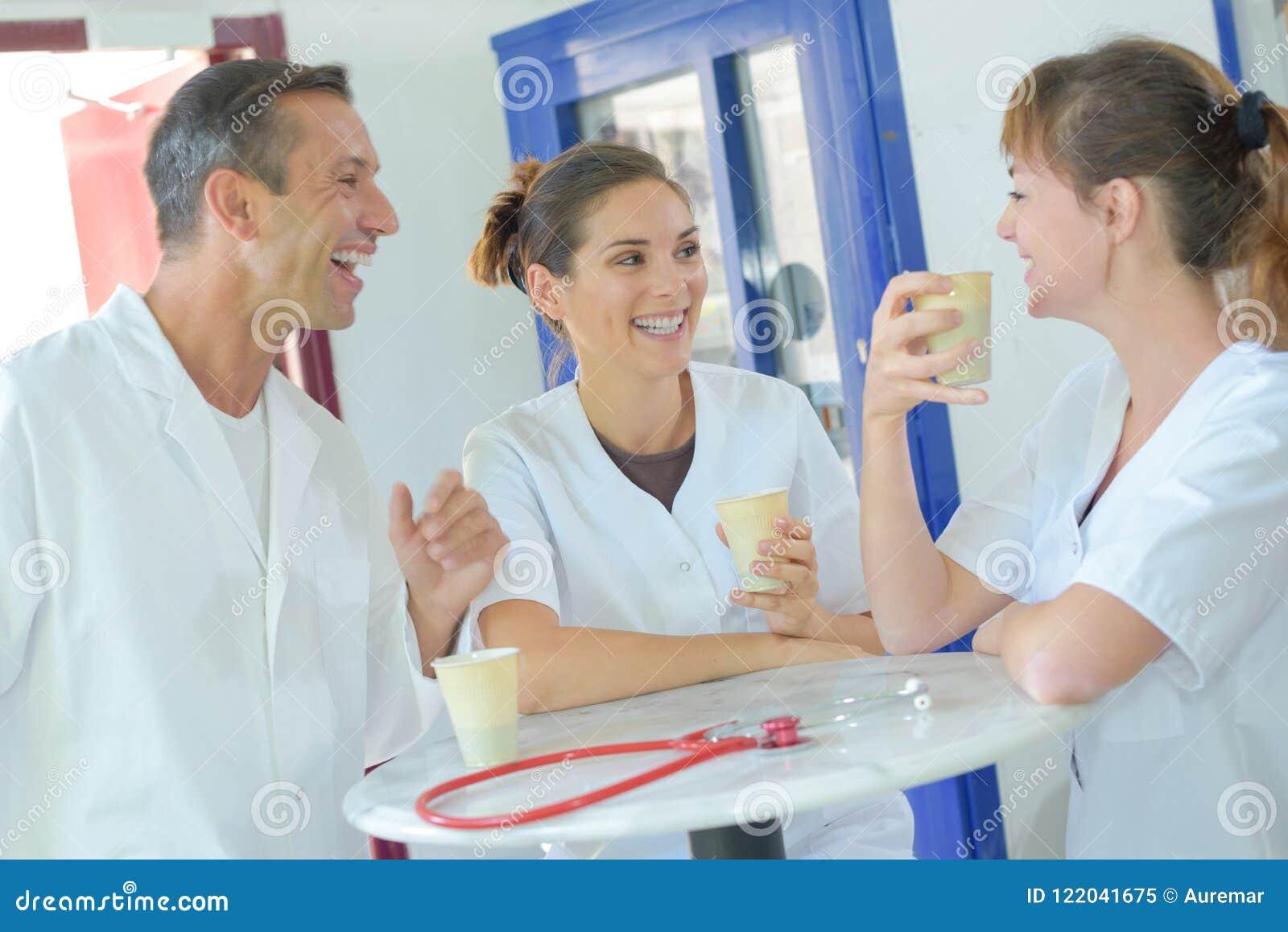 Ιατρικό προσωπικό που γελά και καφές κατανάλωσης