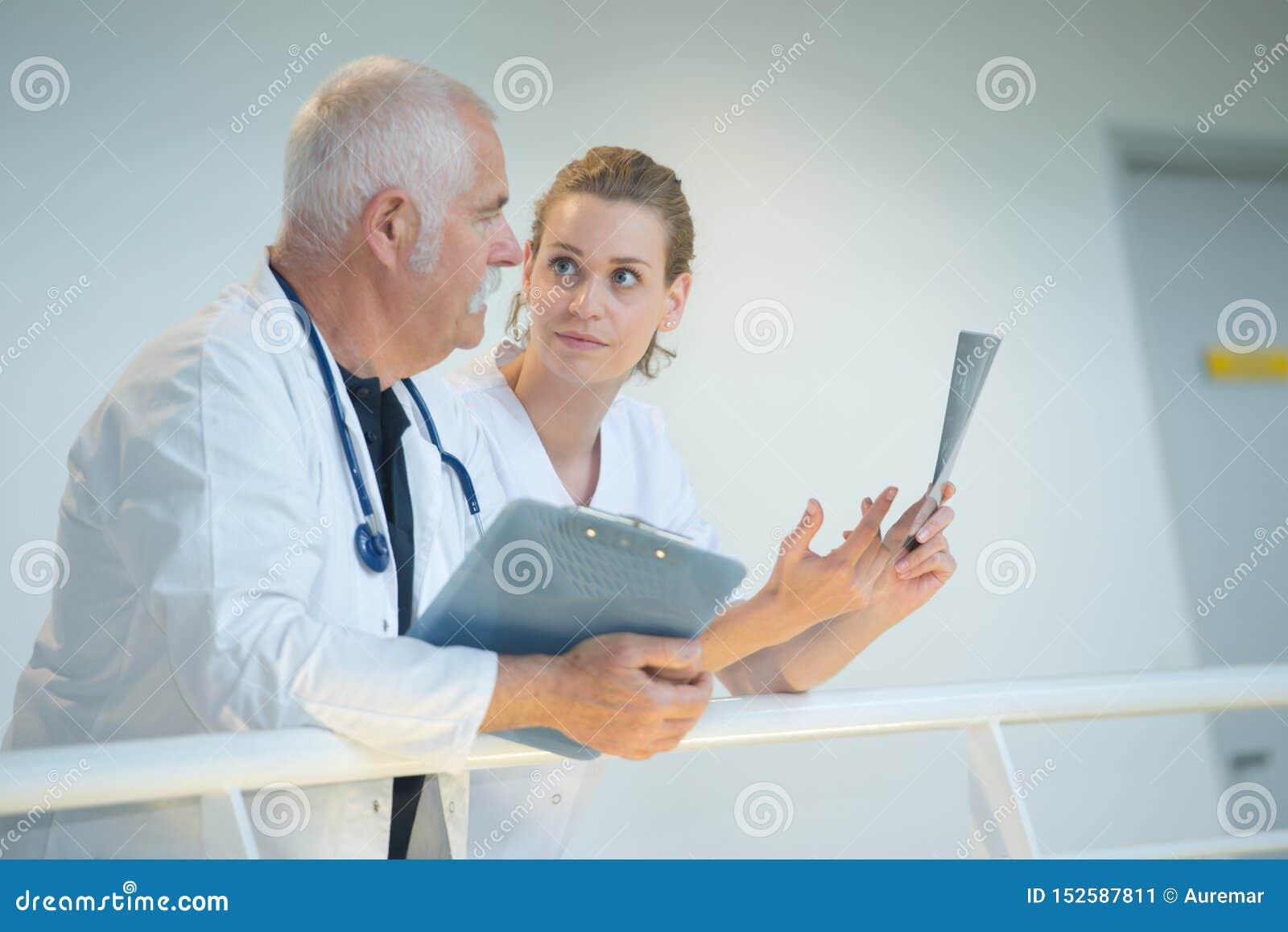 Ιατρικό προσωπικό στη συζήτηση που κλίνει πέρα από το κιγκλίδωμα