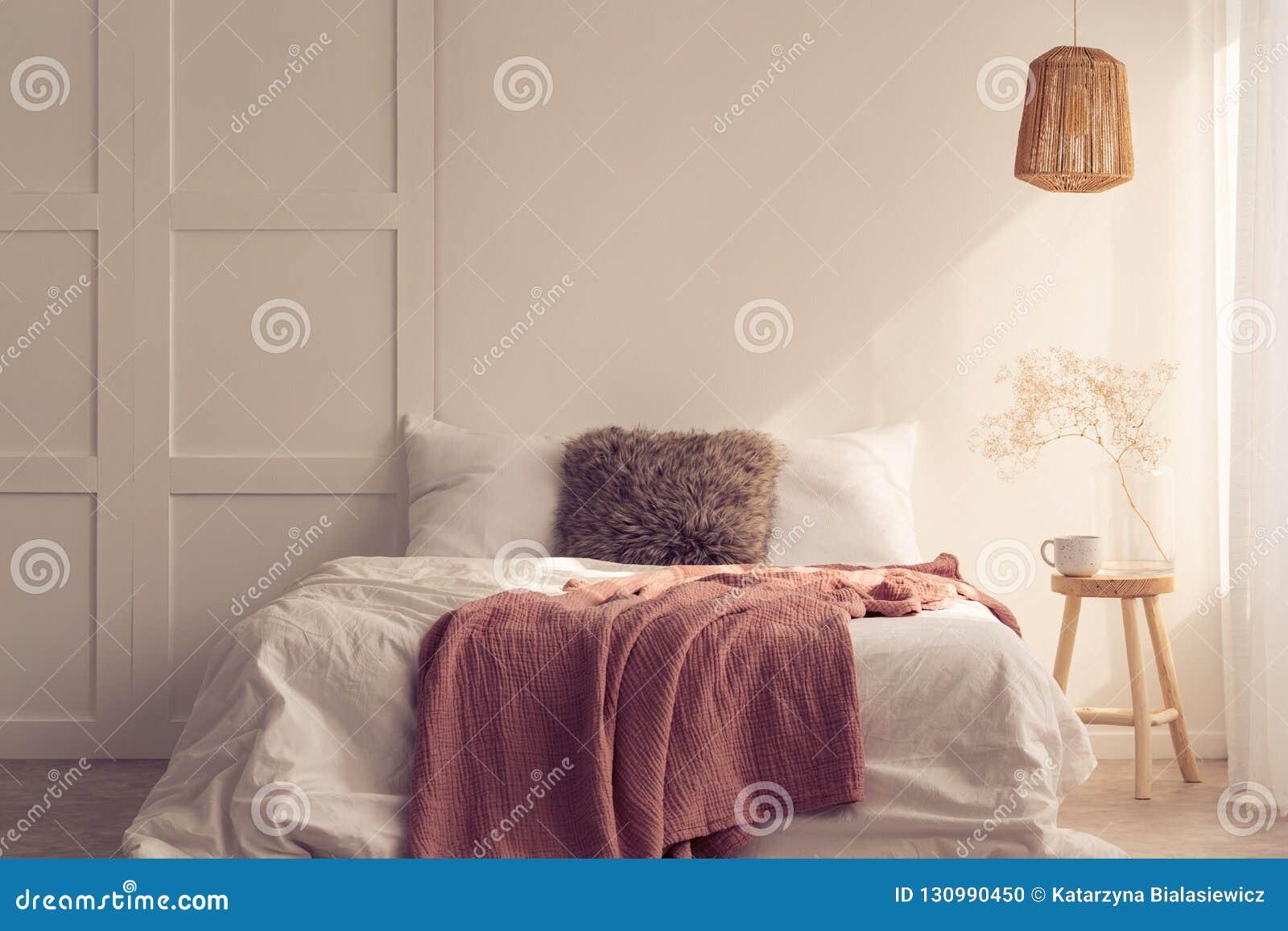 Ιδέα σχεδίου κρεβατοκάμαρων με το κρεβάτι μεγέθους βασιλιάδων με τη ρόδινη γενική, πραγματική φωτογραφία
