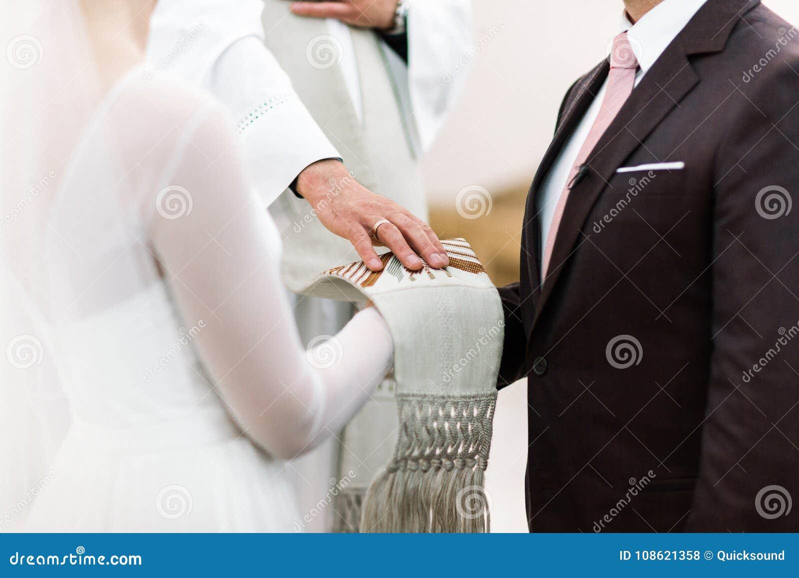 Ιερέας που ευλογεί τη νύφη και το νεόνυμφο