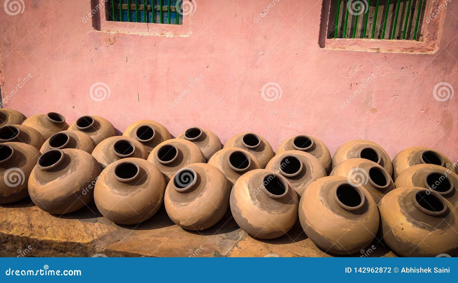 Ινδικά παραδοσιακά χειροποίητα δοχεία αργίλου για το πόσιμο νερό