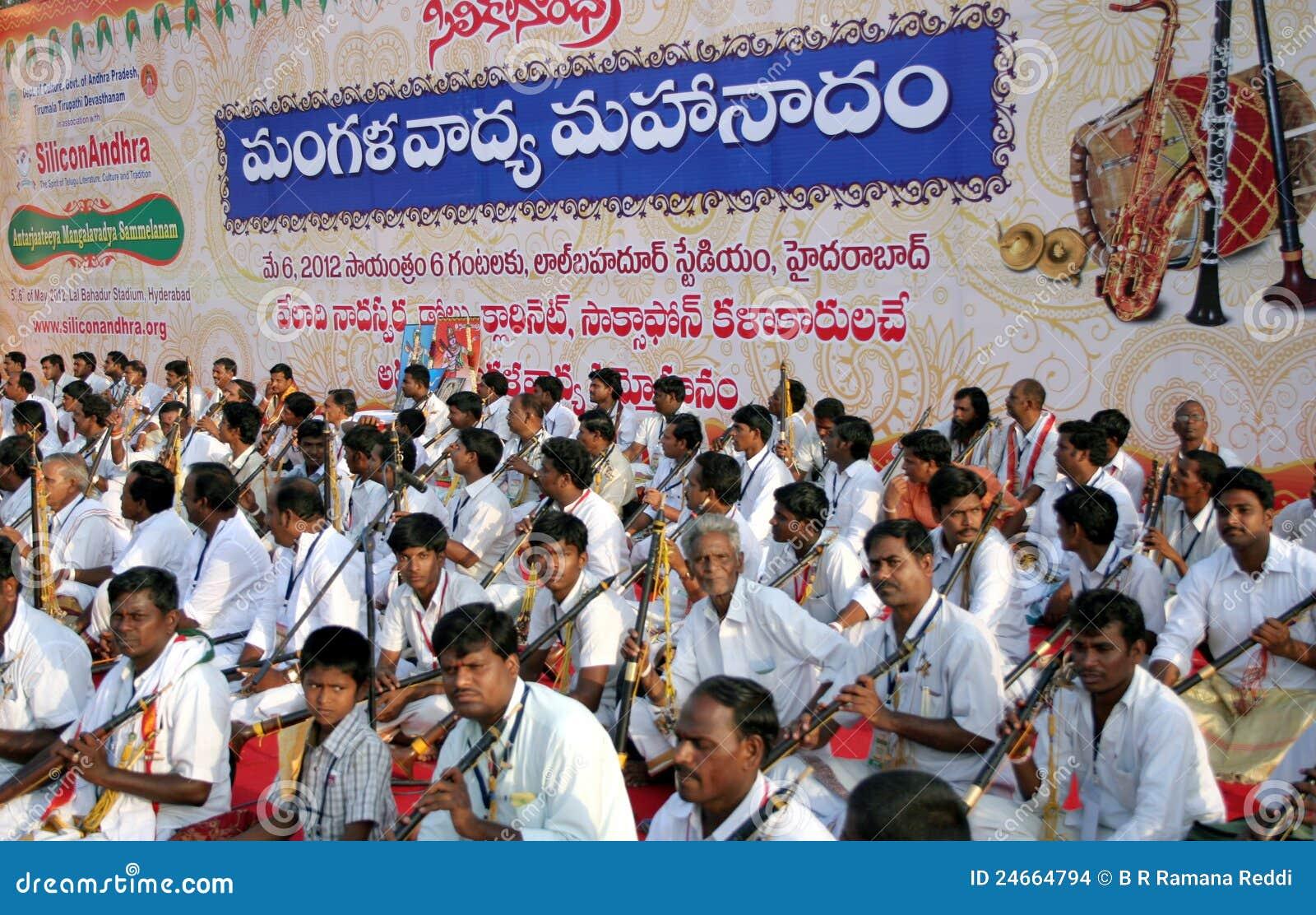 ινδική απόδοση μουσικής ομάδας παραδοσιακή