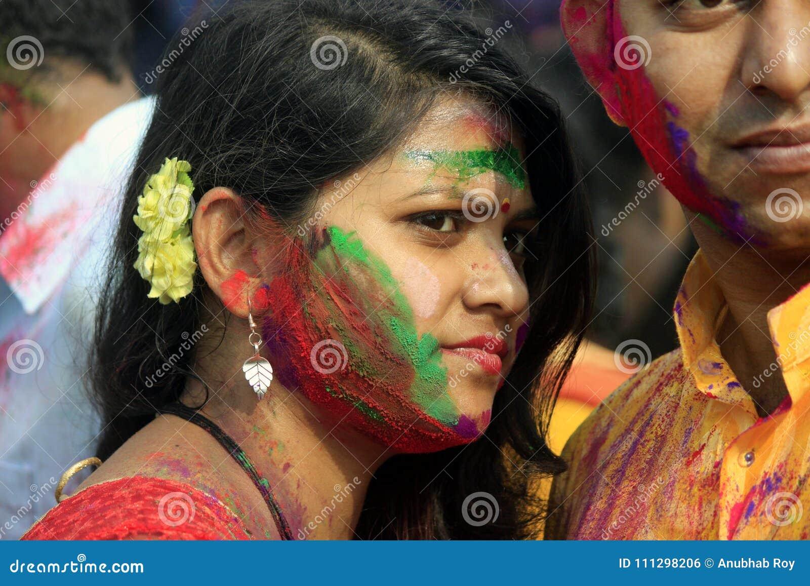 Ινδικό ζεύγος που γιορτάζει Holi Πορτρέτο των πουλιών αγάπης στον εορτασμό Holi