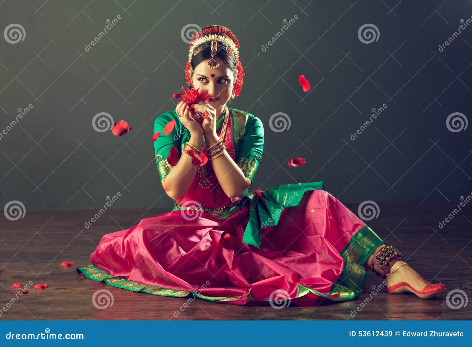 ινδικές νεολαίες λευκών γυναικών χορού ανασκόπησης