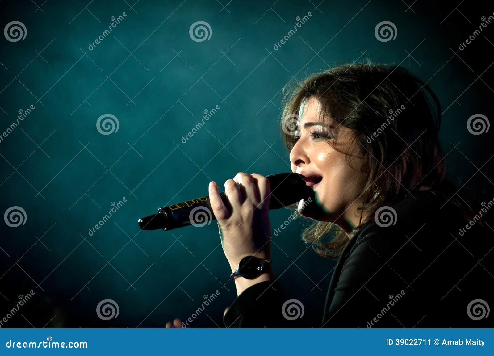 Ινδικός τραγουδιστής που αποδίδει στη σκηνή