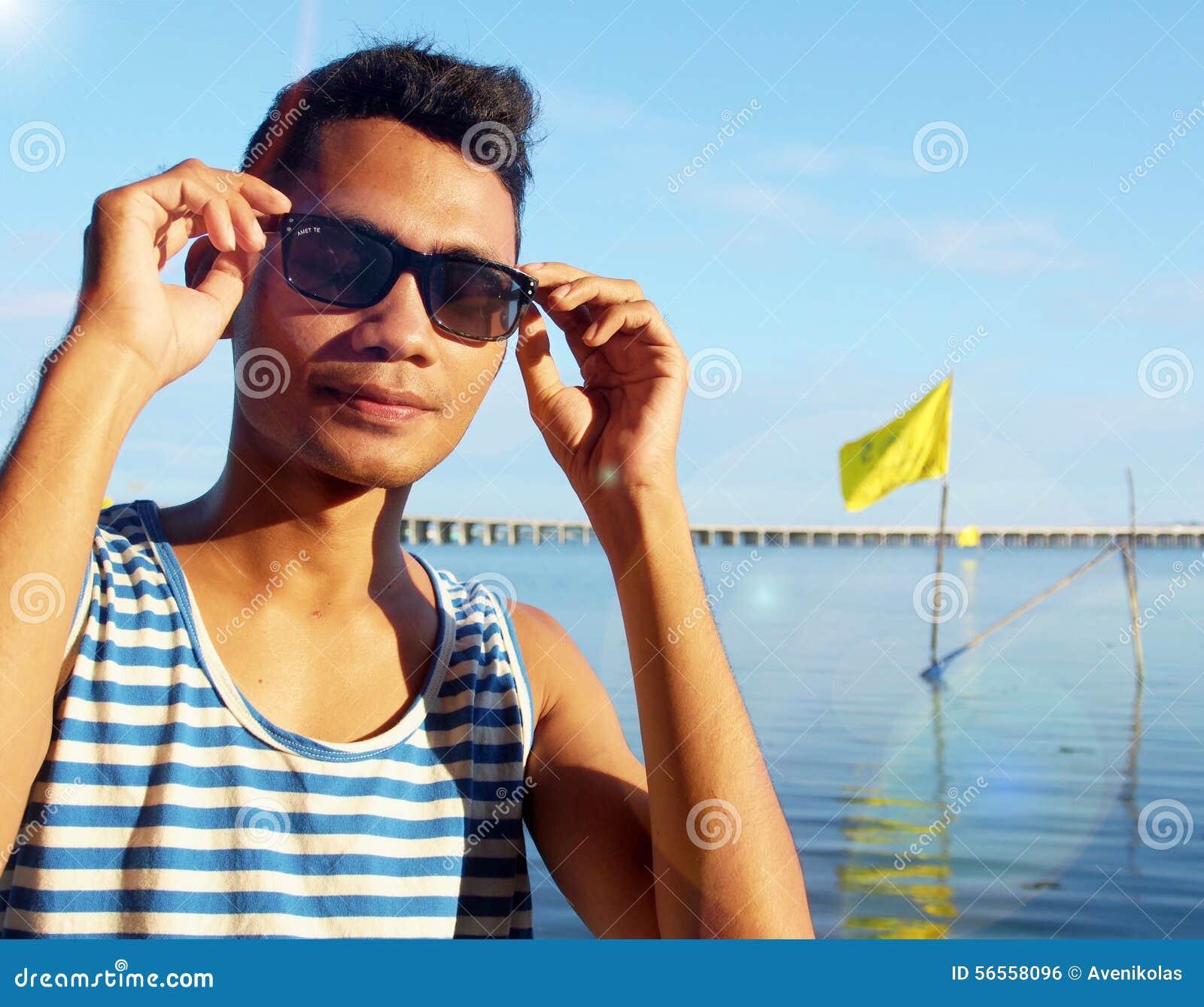 Download Ινδονησιακός τύπος με τα γυαλιά ηλίου Στοκ Εικόνες - εικόνα από sulawesi, συγκίνηση: 56558096