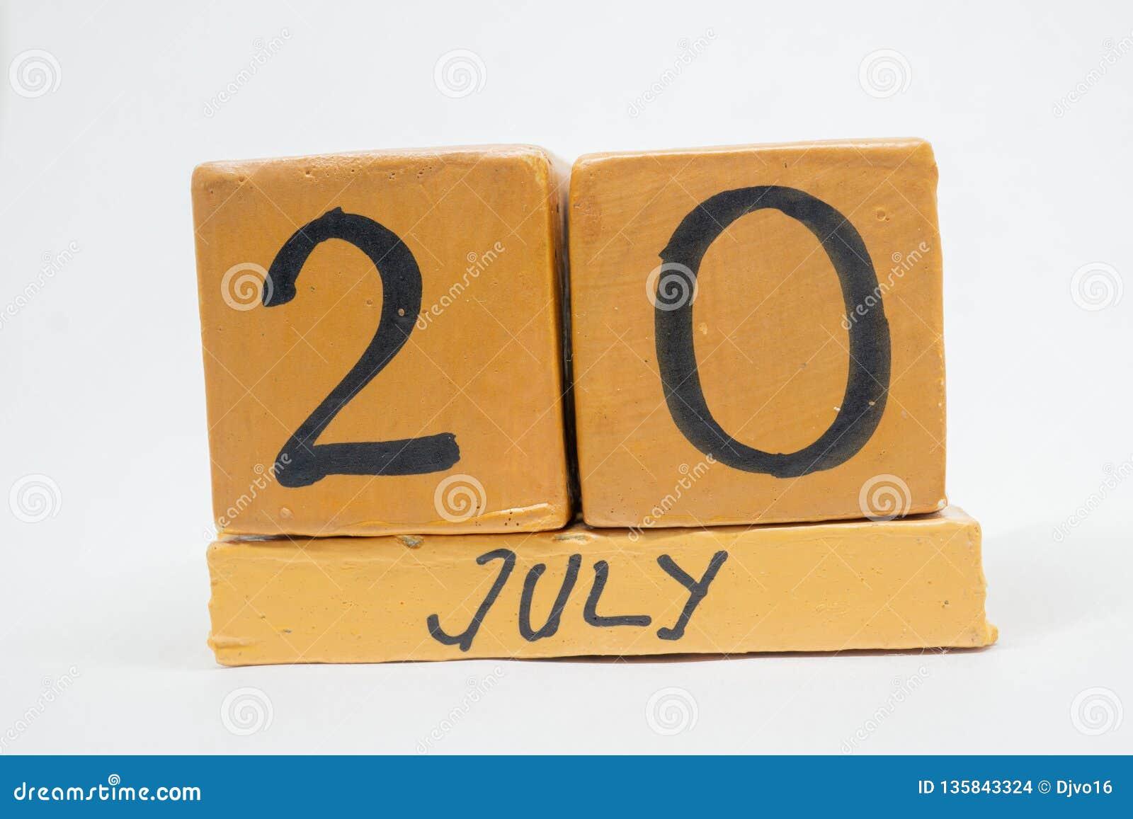 20 Ιουλίου Ημέρα 20 του μήνα, χειροποίητο ξύλινο ημερολόγιο που απομονώνεται στο άσπρο υπόβαθρο θερινός μήνας, ημέρα της έννοιας