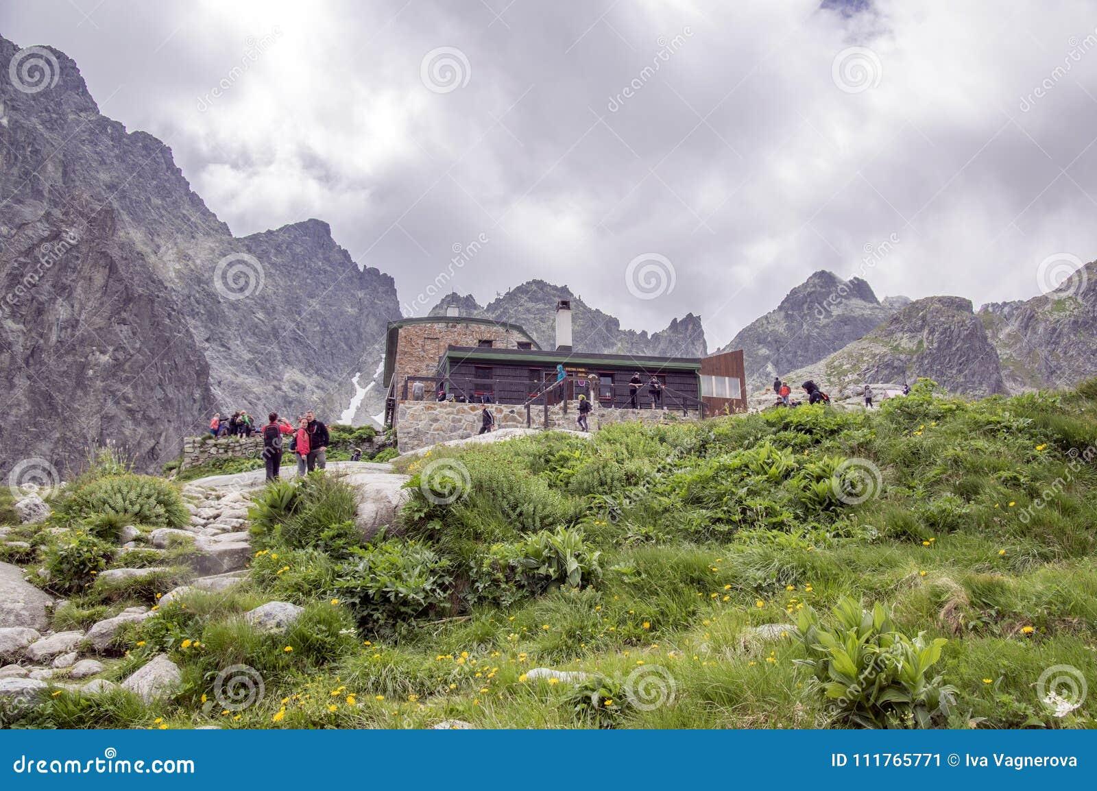 6 Ιουλίου 2017, τουρίστες στο εθνικό dolina Studena επιφύλαξης φύσης μπροστά από το εξοχικό σπίτι Tery, υψηλότερα βουνά της Σλοβα