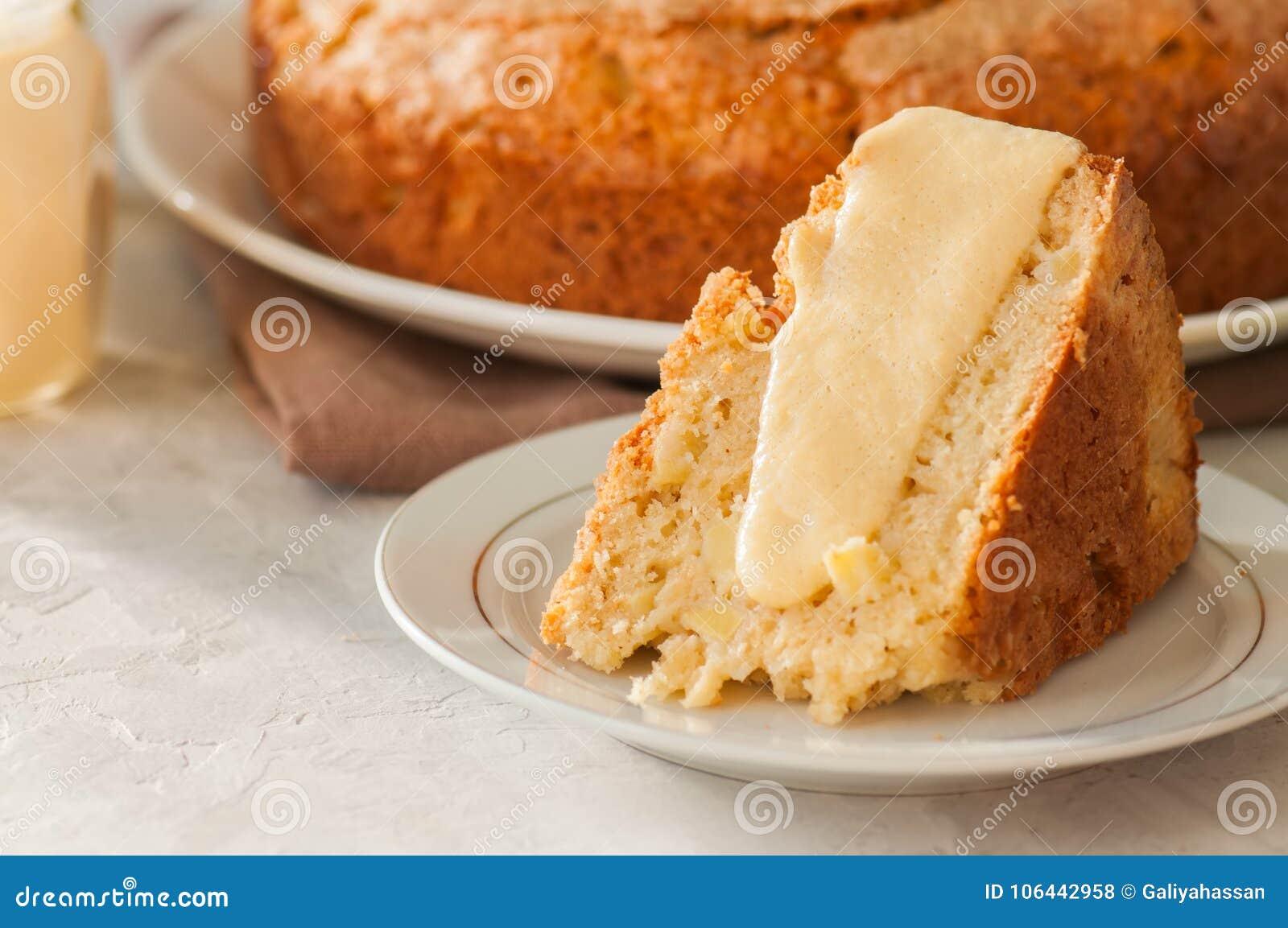 Ιρλανδική πίτα μήλων σε ένα άσπρο πιάτο με τη σάλτσα κρέμας βανίλιας Fes