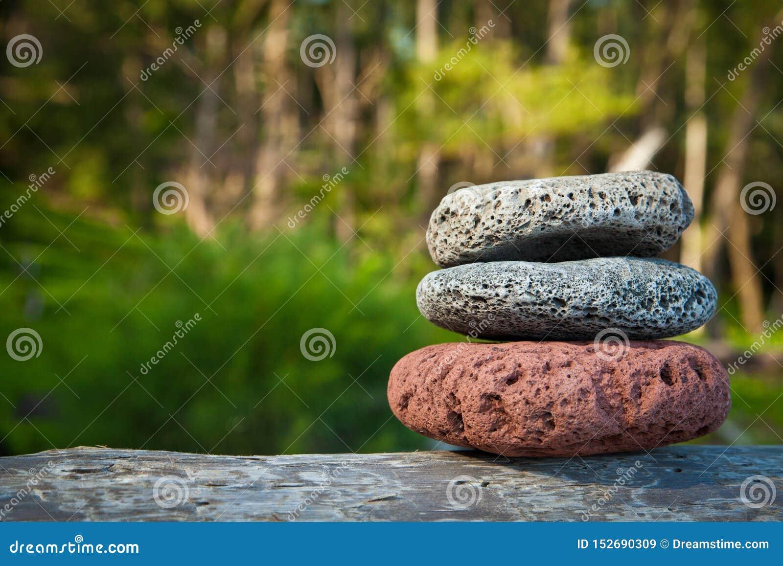 Ισορροπημένοι πέτρες βράχοι περισυλλογής στη φύση