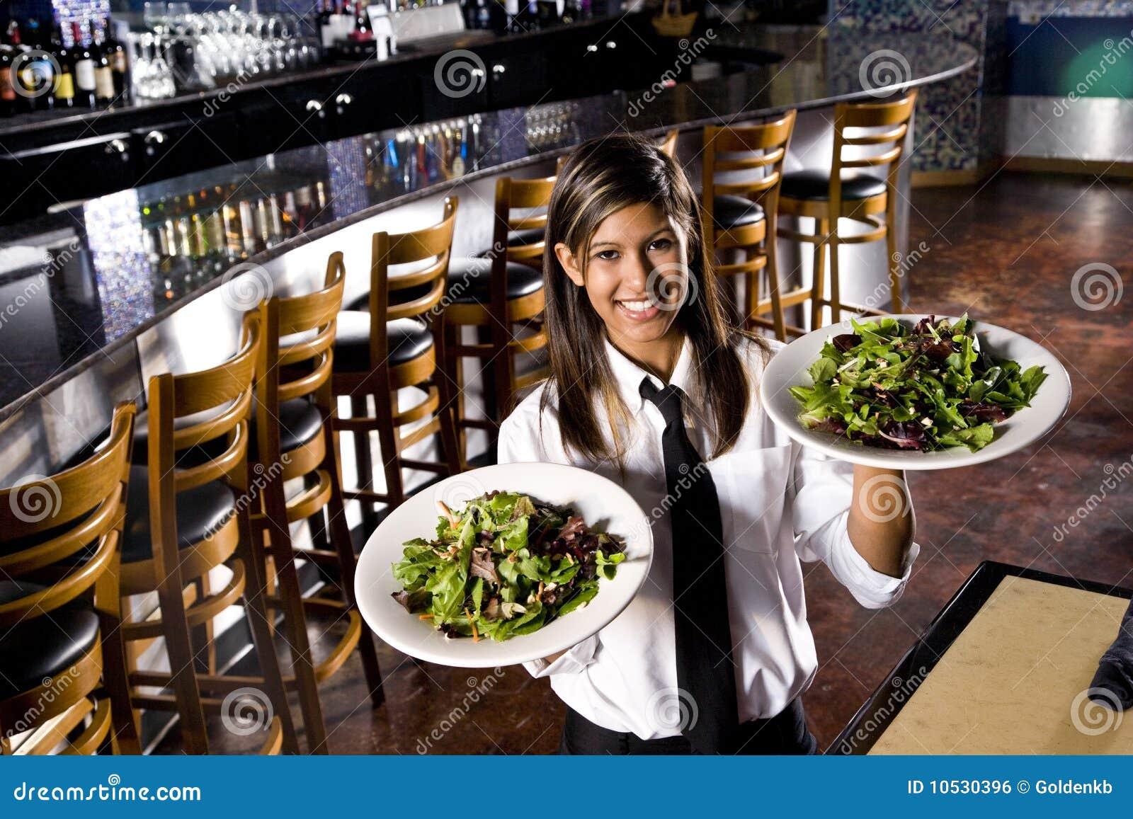 Ισπανικές εξυπηρετώντας σαλάτες σερβιτορών