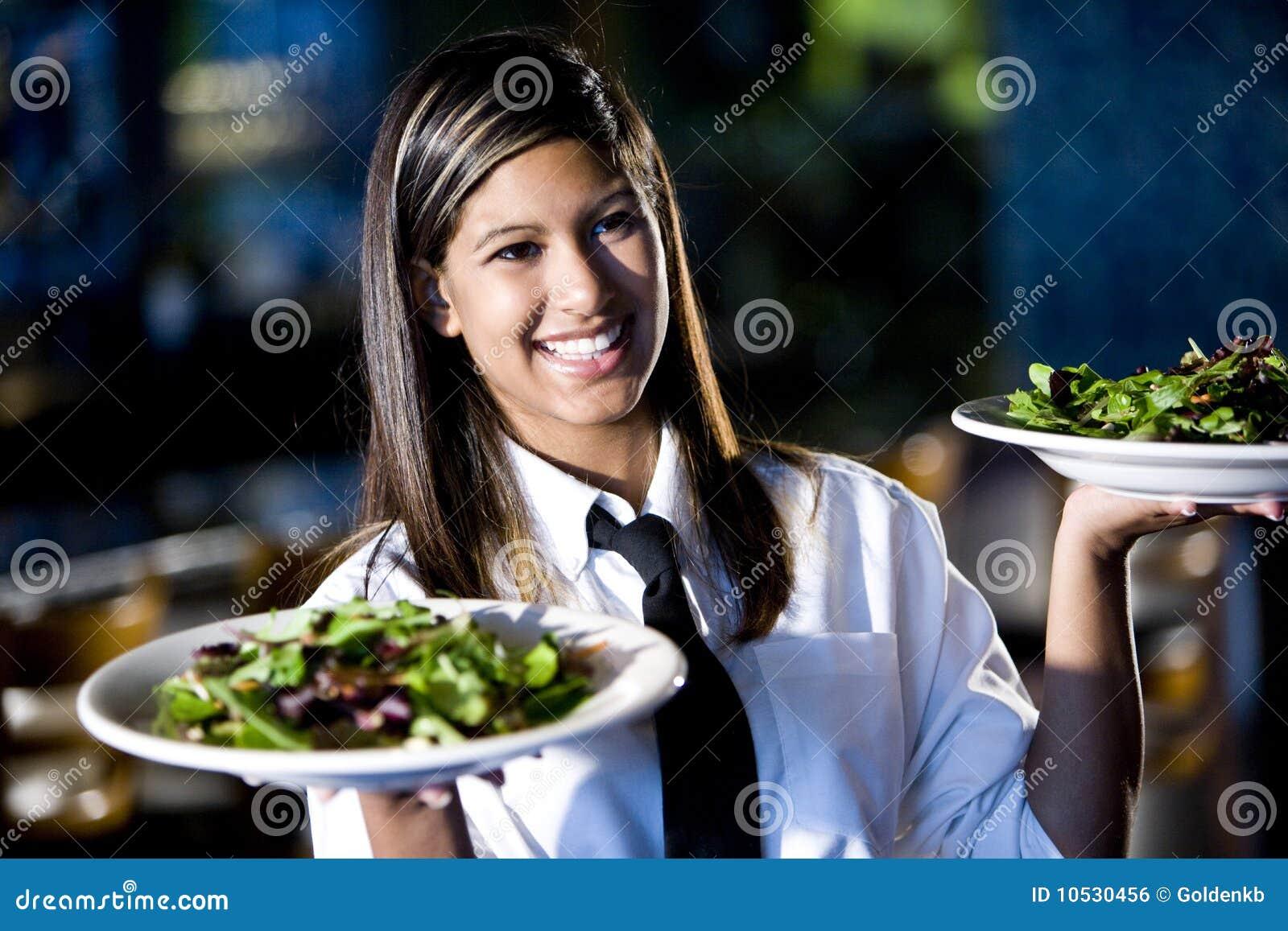 Ισπανική σερβιτόρα στις εξυπηρετώντας σαλάτες εστιατορίων