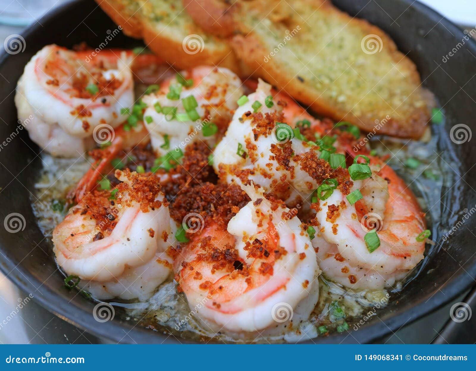 Ισπανικό γαρίδες σκόρδου ύφους Mouthwatering ή Gambas Al Ajillo σε ένα καυτό τηγάνι
