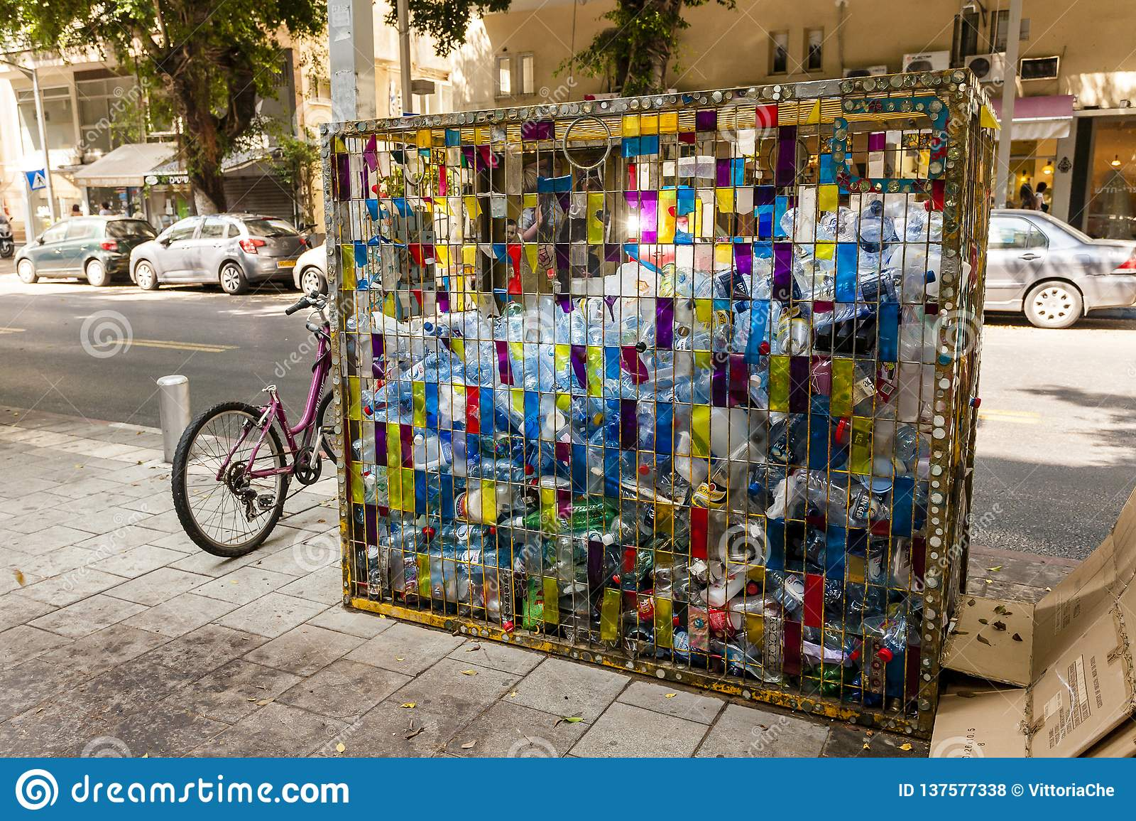 Ισραήλ, Τελ Αβίβ - 9 Σεπτεμβρίου 2011: Το δοχείο απορριμάτων για την πλαστική ανακύκλωση μπουκαλιών είναι στην οδό Dizengoff