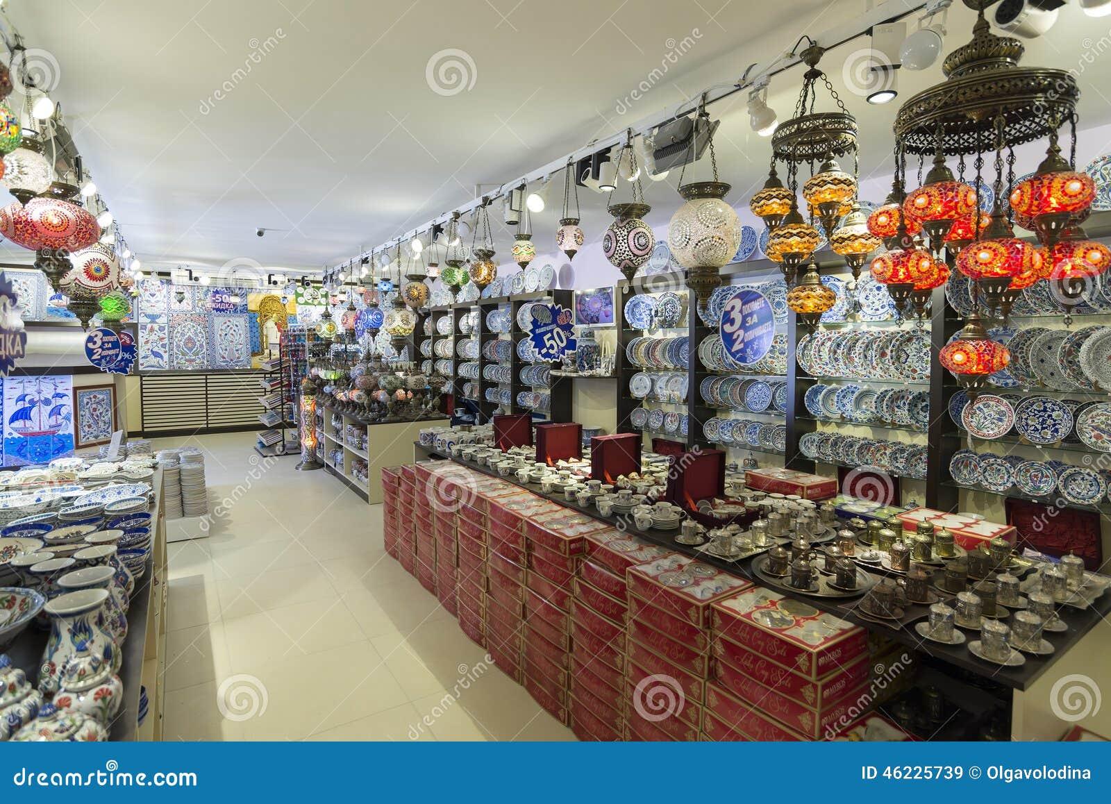 ΙΣΤΑΝΜΠΟΎΛ - Τον Σεπτέμβριος, του κατάστημα 20 λαμπτήρων με ζωηρόχρωμο