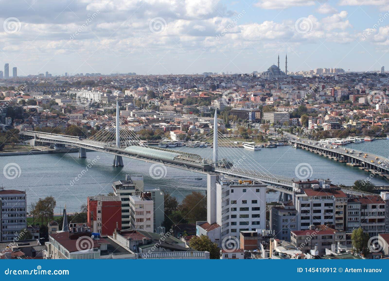 Ιστανμπούλ, Τουρκία - 25 ΟΚΤΩΒΡΊΟΥ 2018: Άποψη από ένα υψηλό σημείο στις γέφυρες πέρα από το χρυσό κόλπο κέρατων