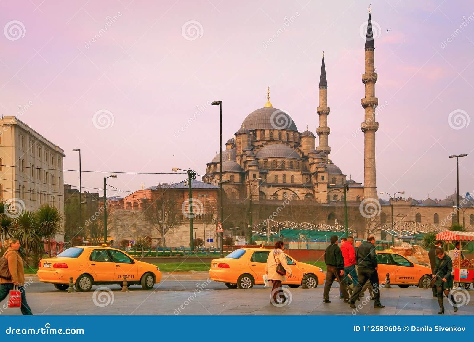 ΙΣΤΑΝΜΠΟΎΛ, ΤΟΥΡΚΙΑ - 26 ΜΑΡΤΊΟΥ 2012: Νέο μουσουλμανικό τέμενος στα ξημερώματα