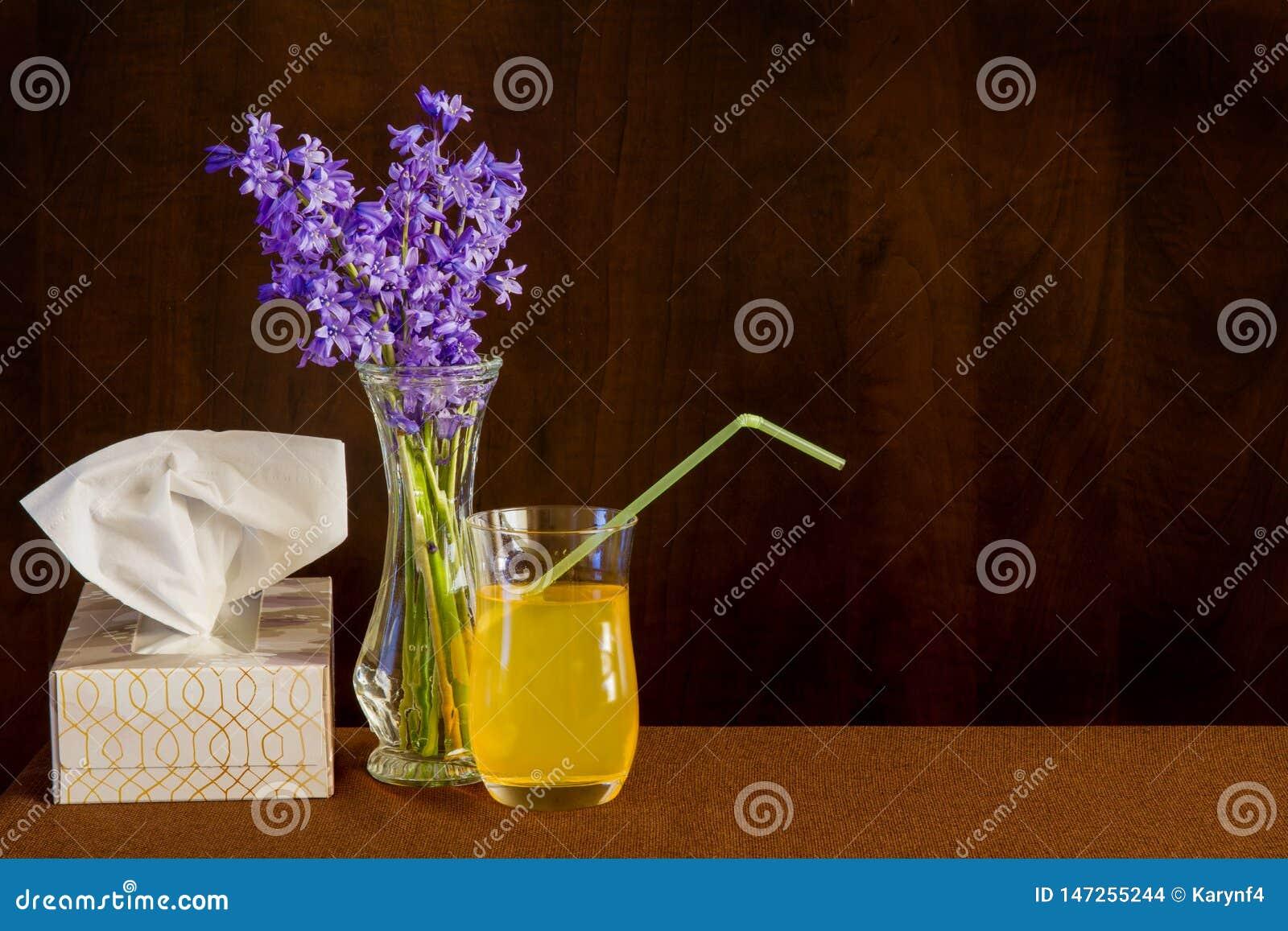 Ιστοί και ρευστά για το κρύο ή τη γρίπη με τα λουλούδια για να λαμπρύνει το πνεύμα