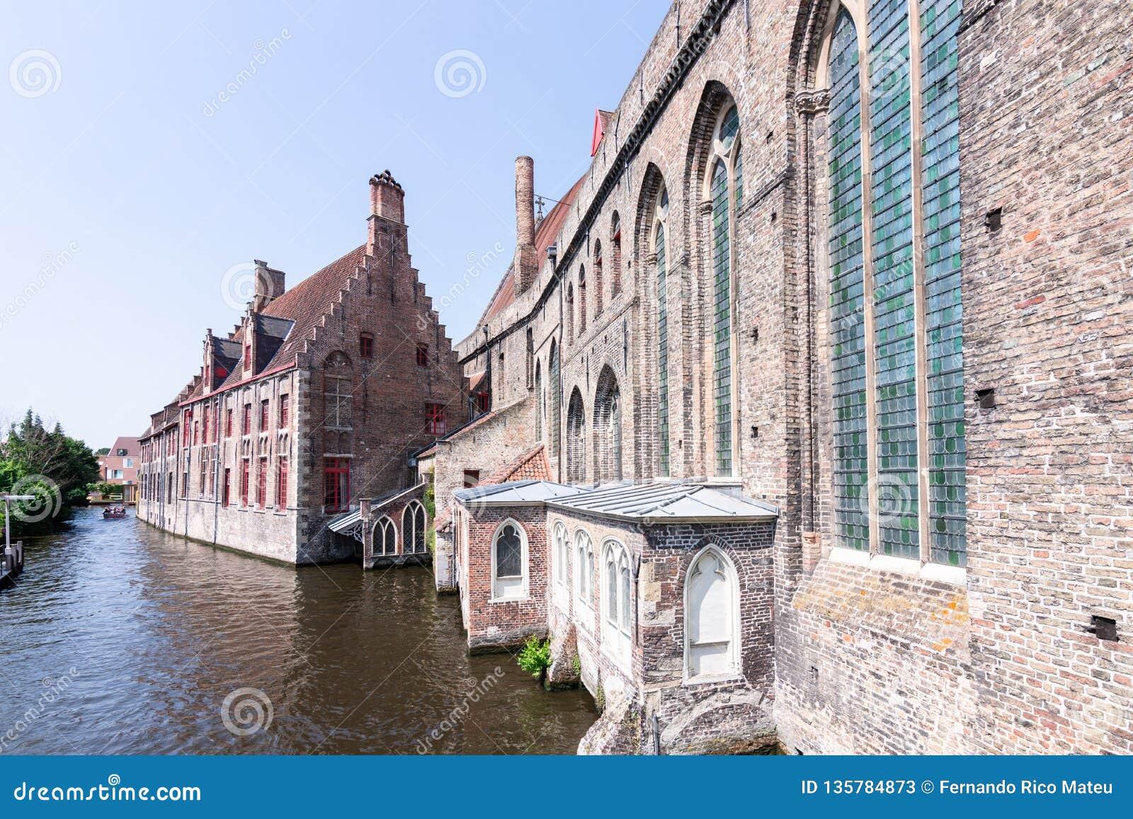 Ιστορικά κτήρια στις τράπεζες των καναλιών στη Μπρυζ, Βέλγιο, Ευρώπη
